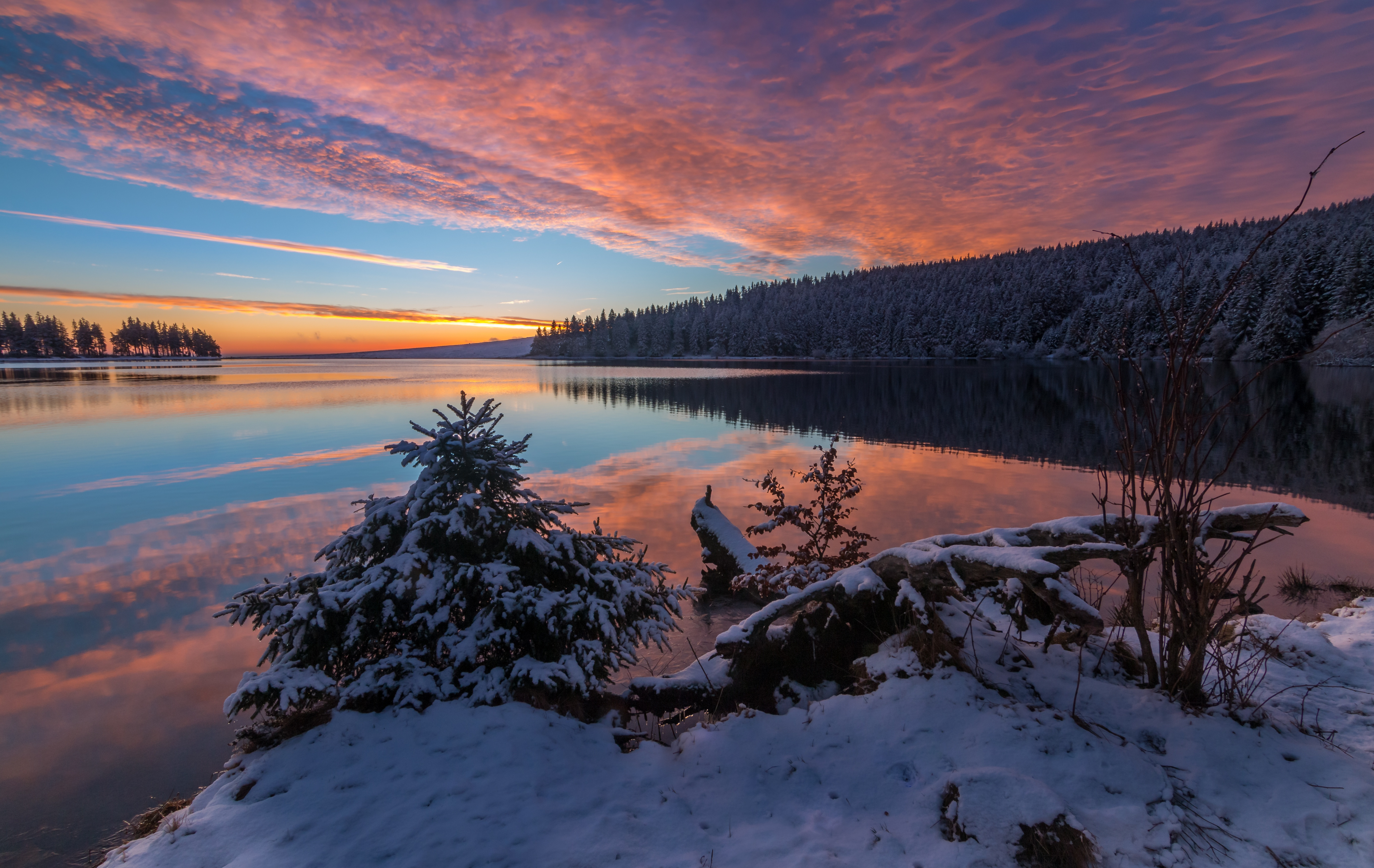 Wallpaper Lake in the snow at sunset
