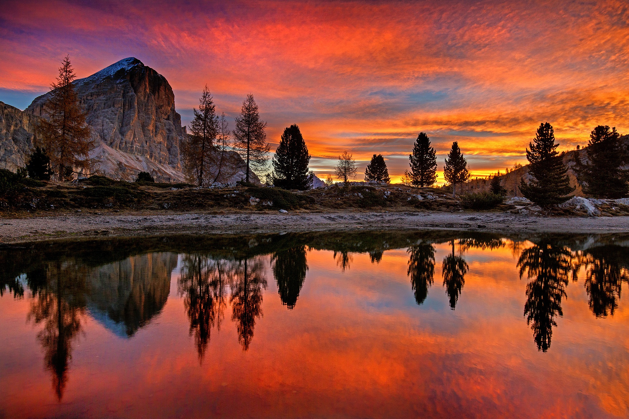 Wallpaper Limides Lake at sunset in the mountains in Italy