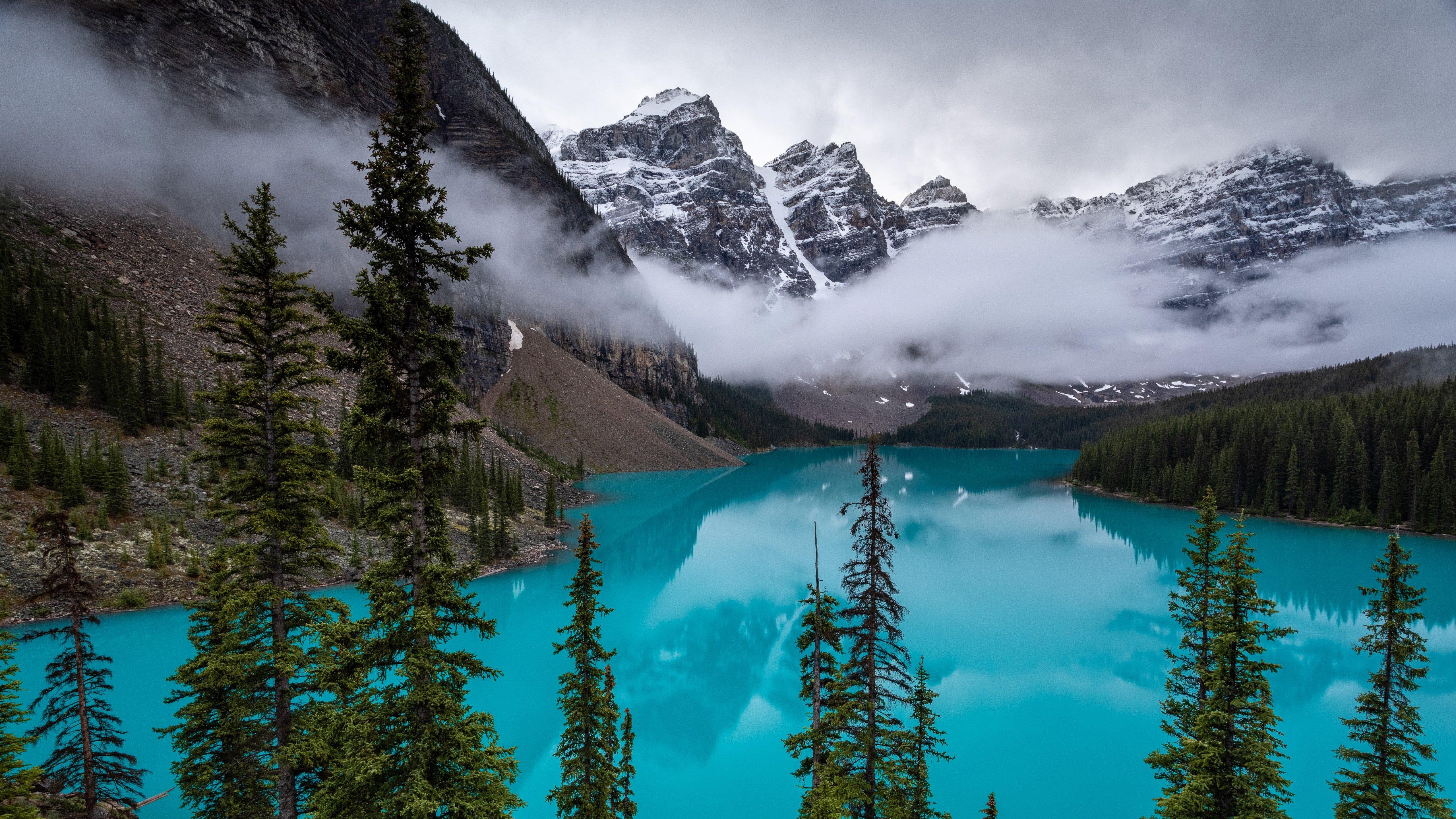 Fondos de pantalla Lago Moraine en Canada con niebla