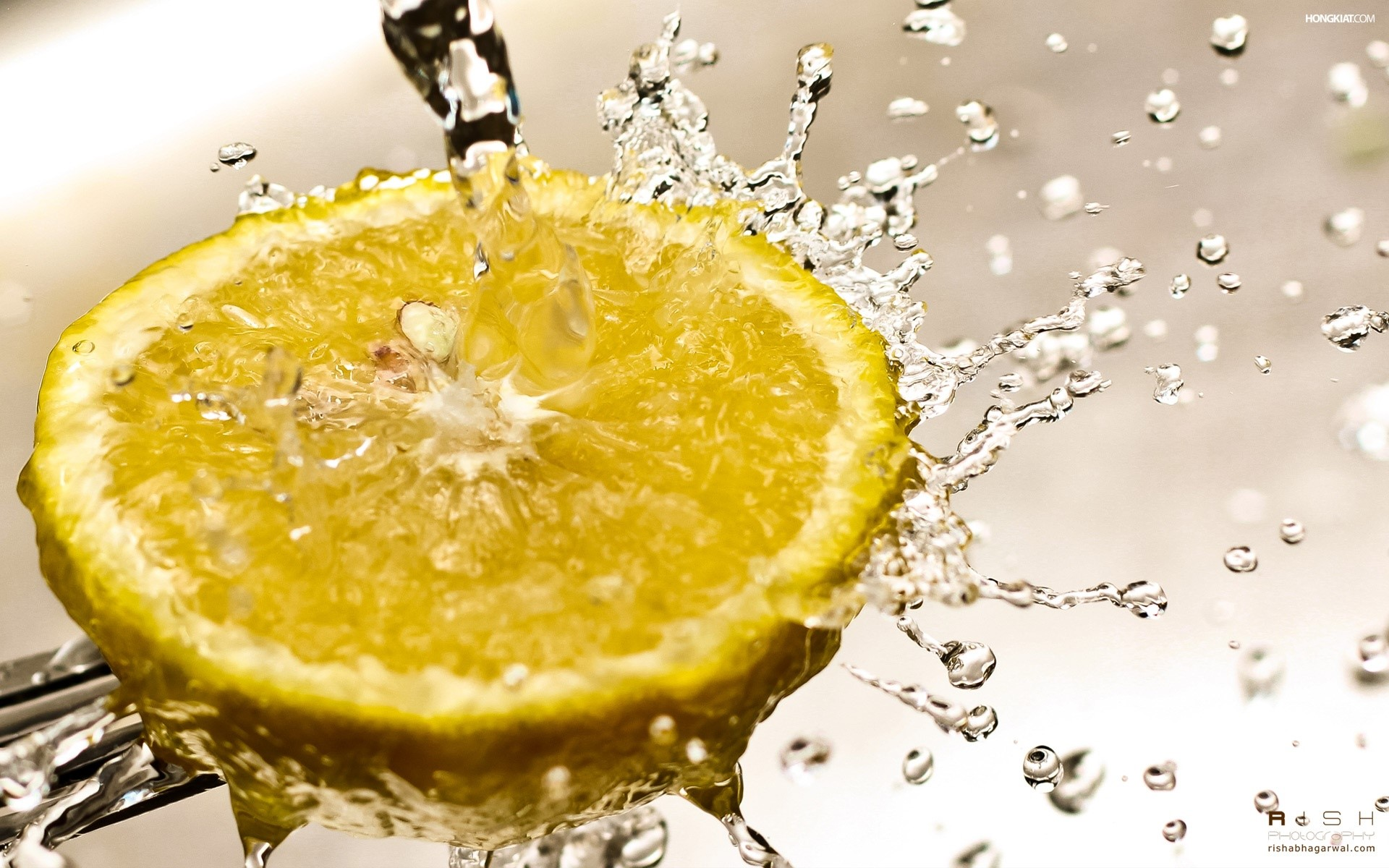 Wallpaper Lemon in water