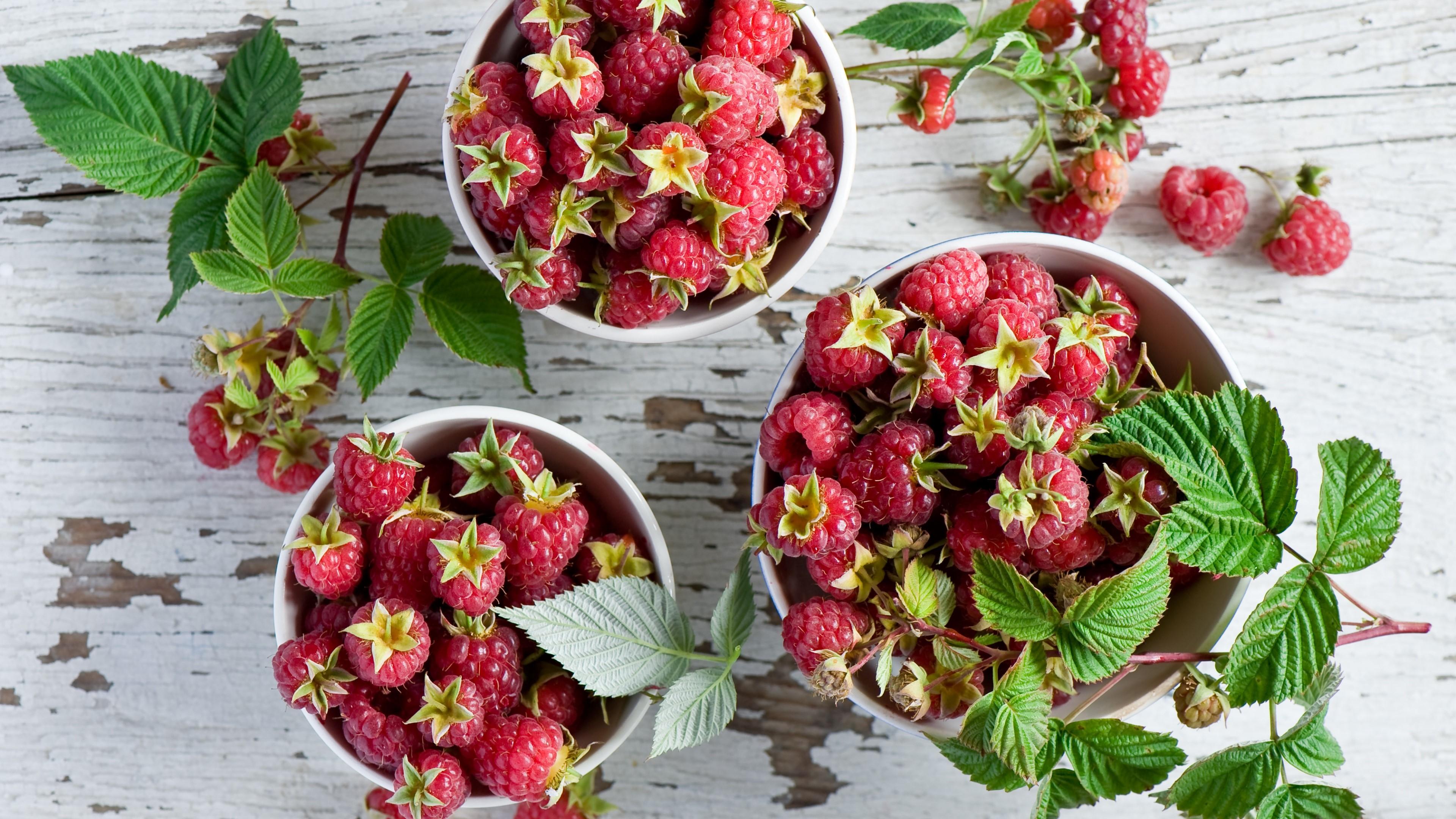Wallpaper Table of raspberries