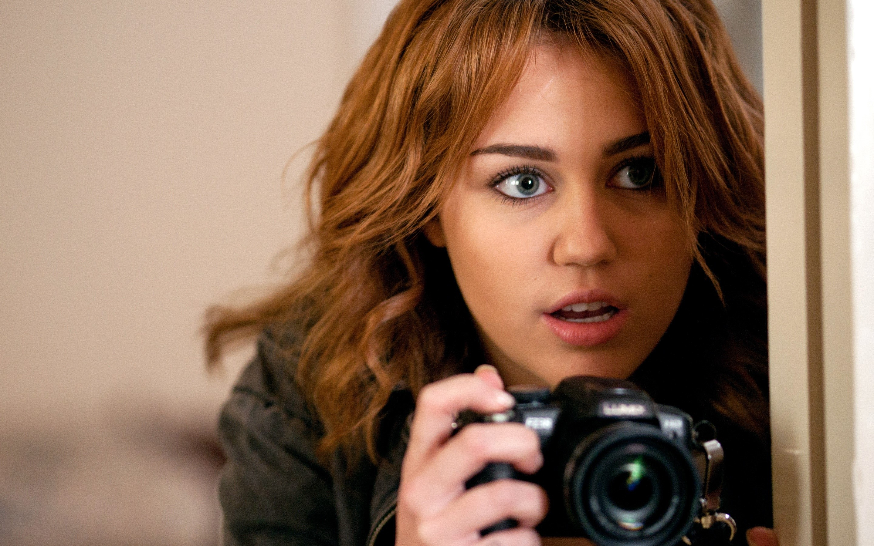 Wallpaper Miley Cyrus in Dangerously Infiltrated
