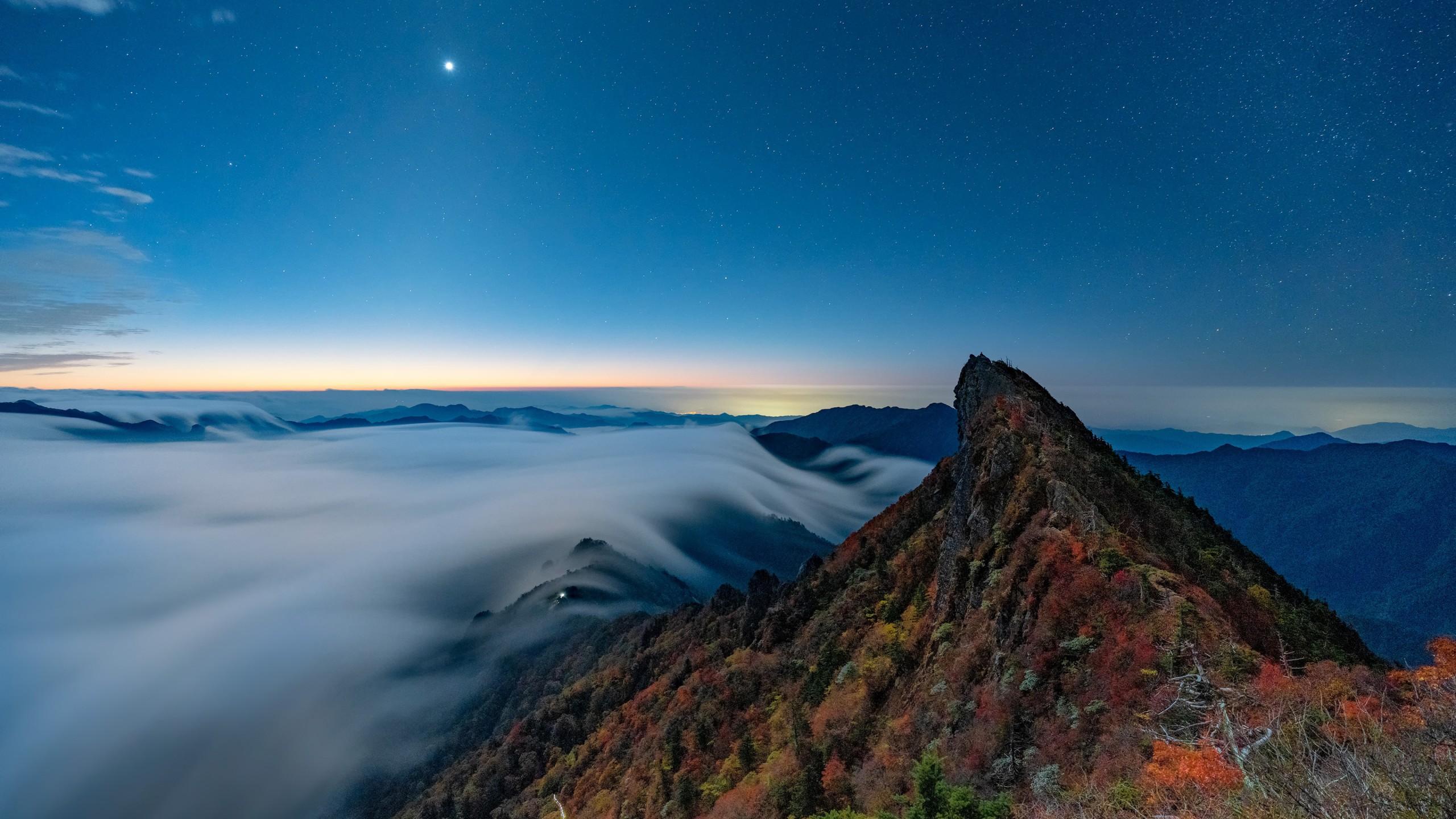 Fondos de pantalla Montaña entre niebla