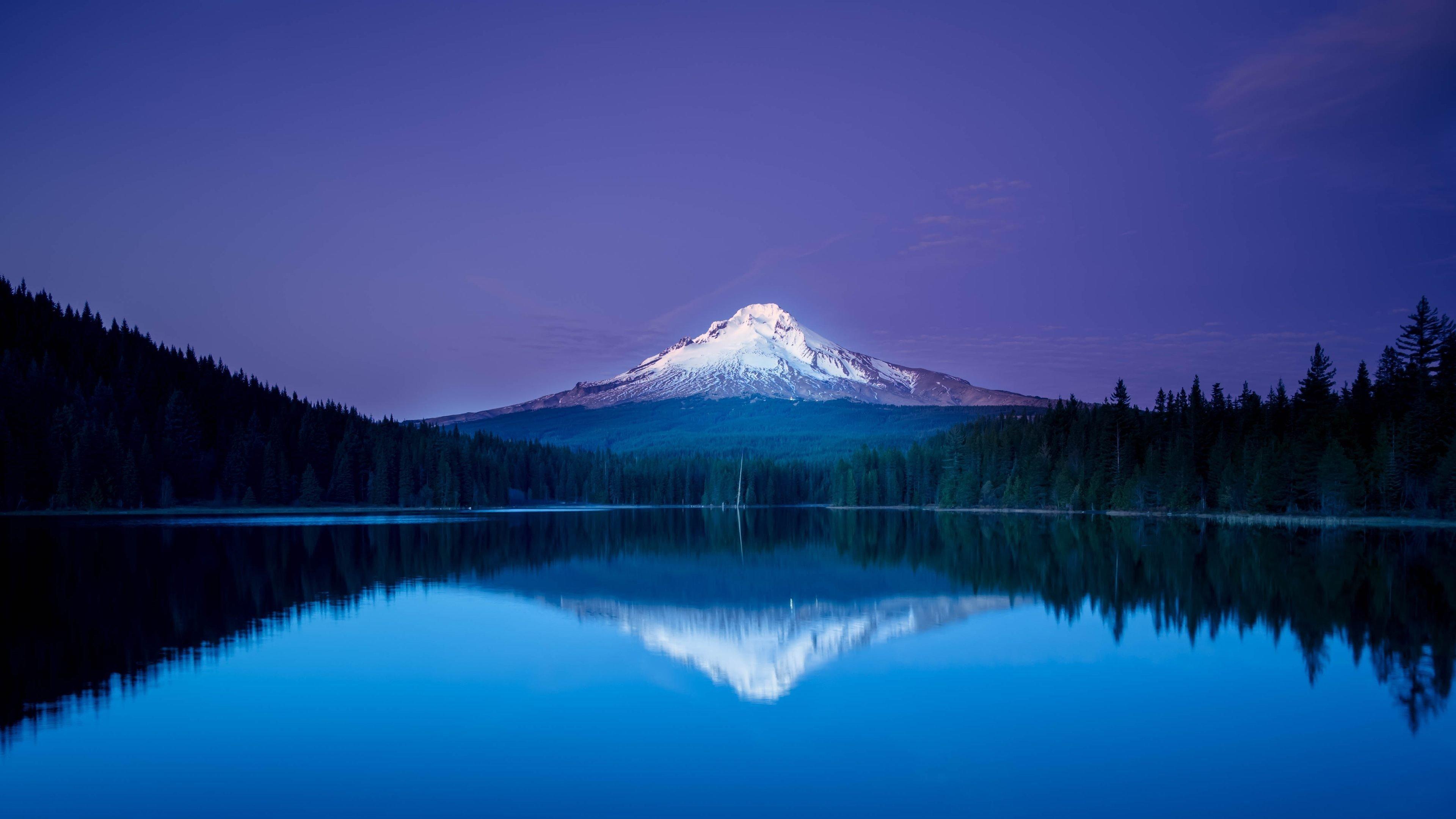 Fondos de pantalla Montaña reflejada en lago en la noche