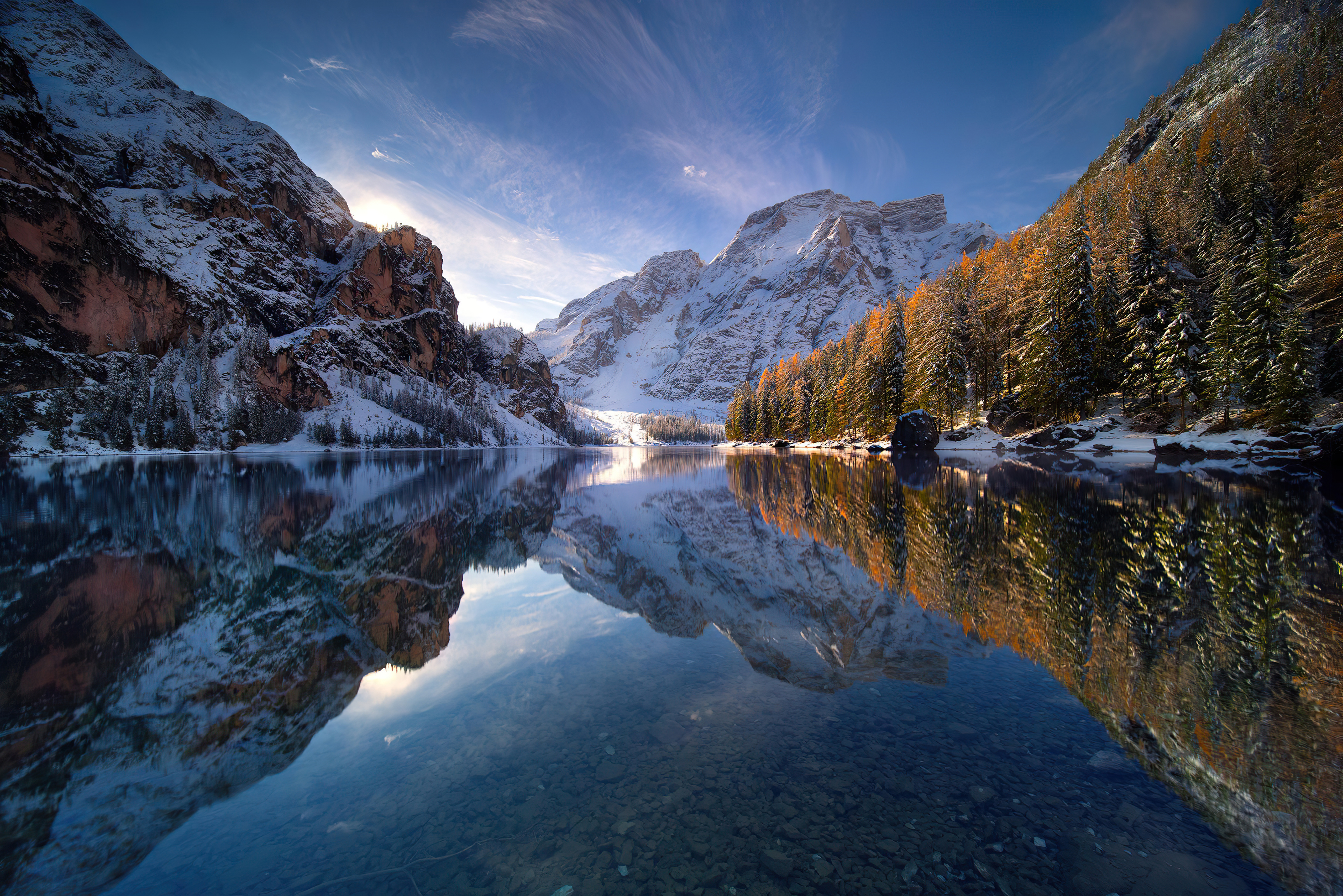 Fondos de pantalla Montañas al amanecer en lago Braies