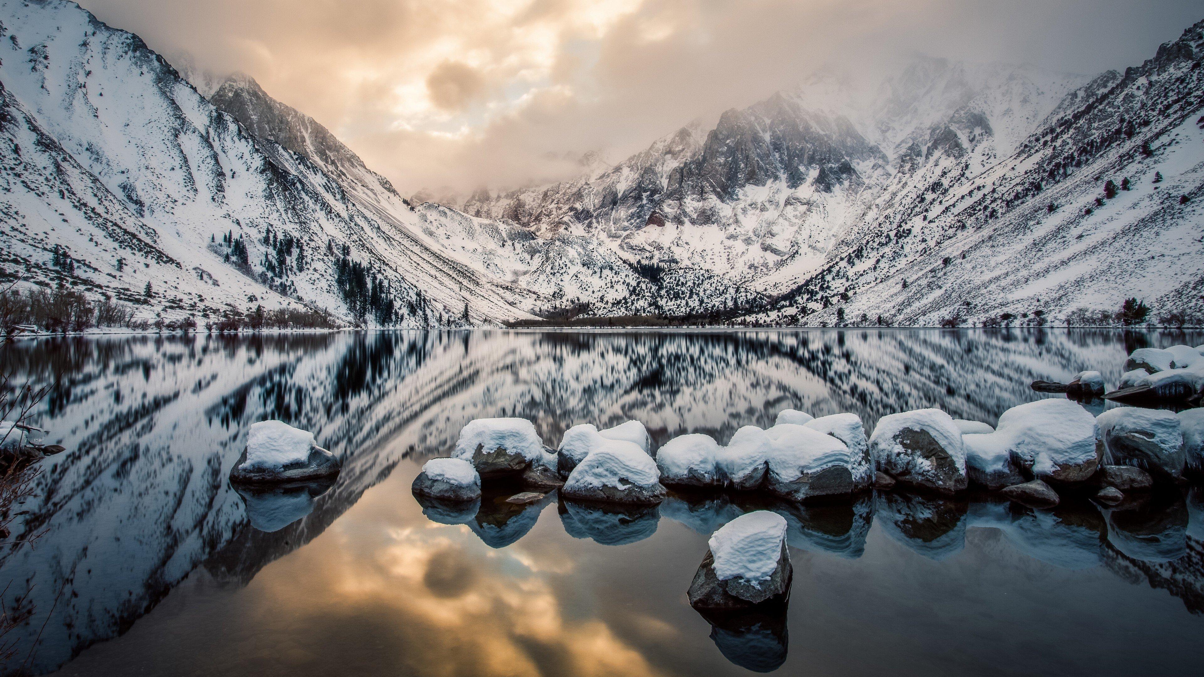 Fondos de pantalla Montañas con nieve en cielo nublado
