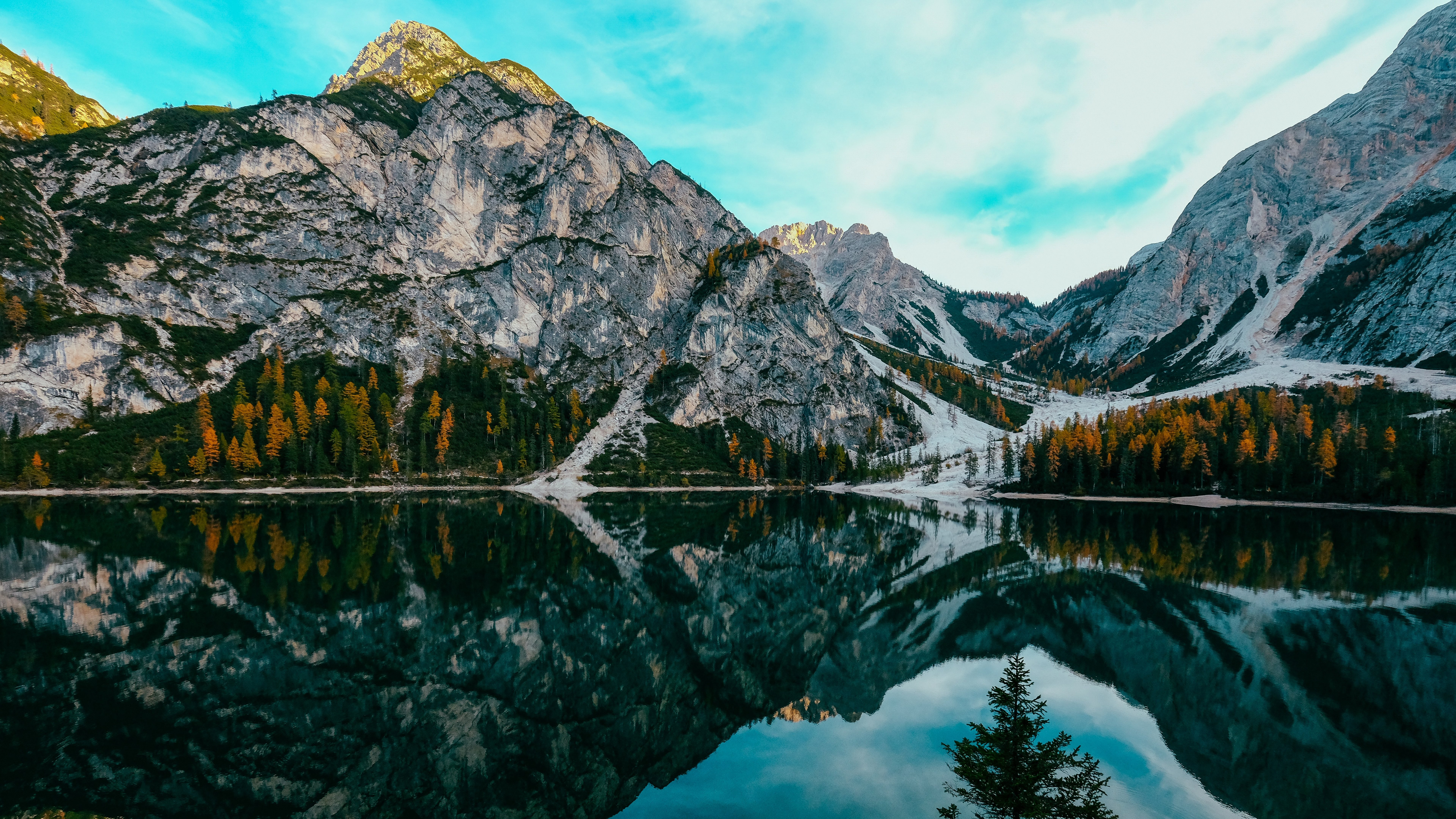 Wallpaper Montain reflected in lake