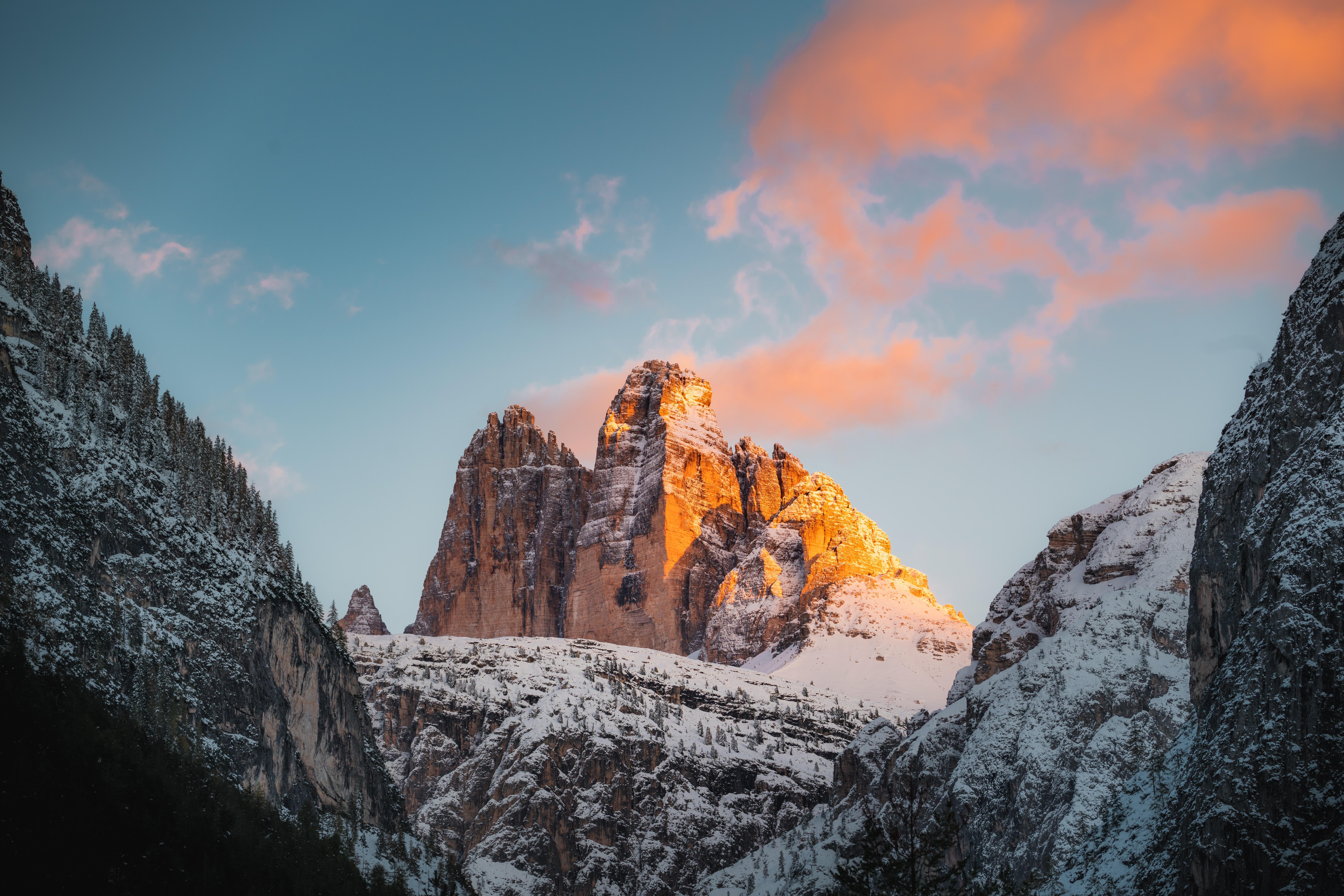 Fondos de pantalla Montañas cubiertas de nieve al atardecer