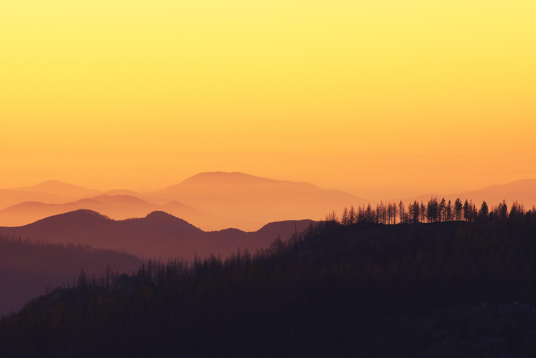 Fondos de pantalla Montañas en bosque al atardecer