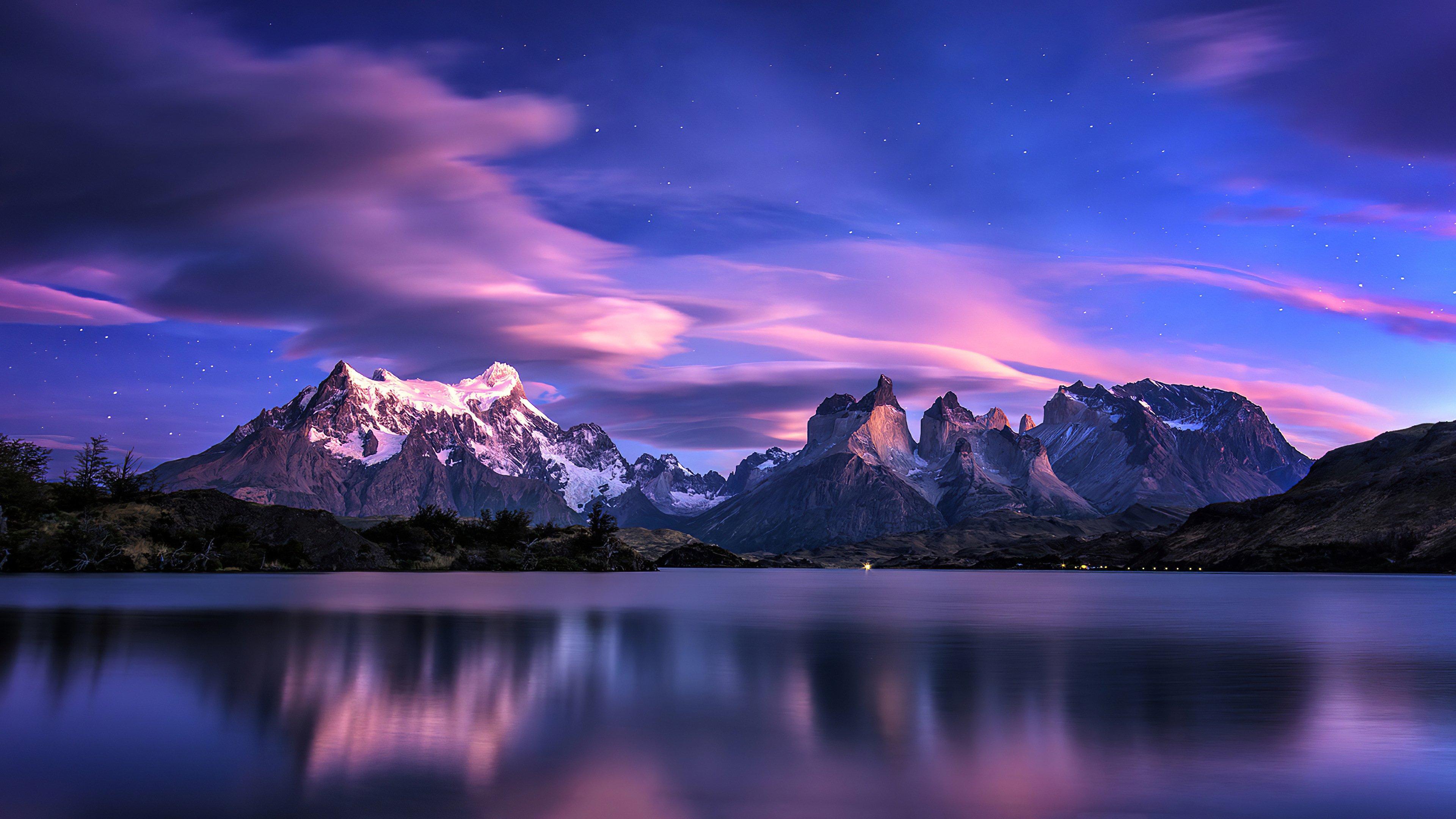 Fondos de pantalla Montañas en lago al atardecer