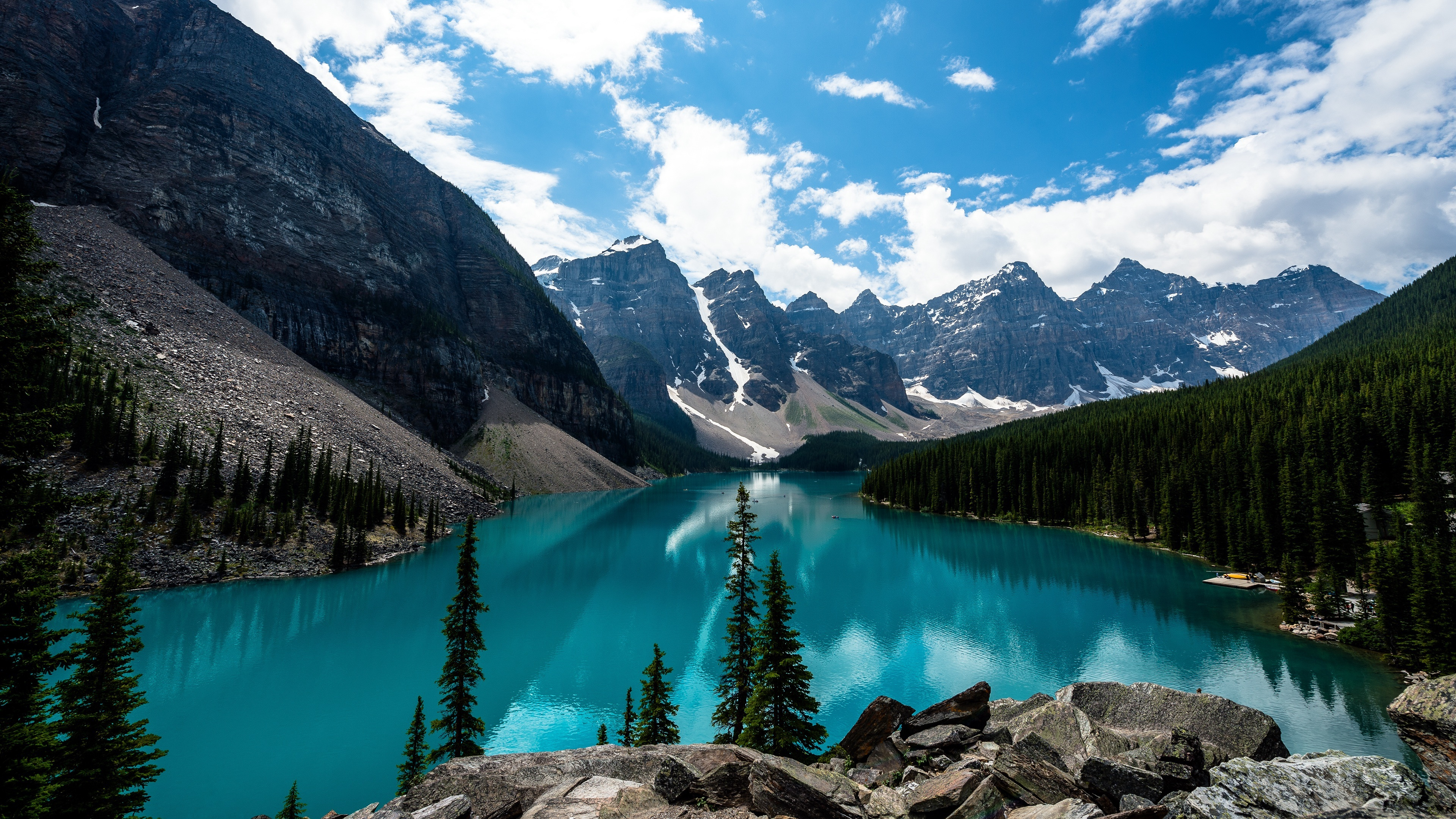 Fondos de pantalla Montañas en lago azul en bosque