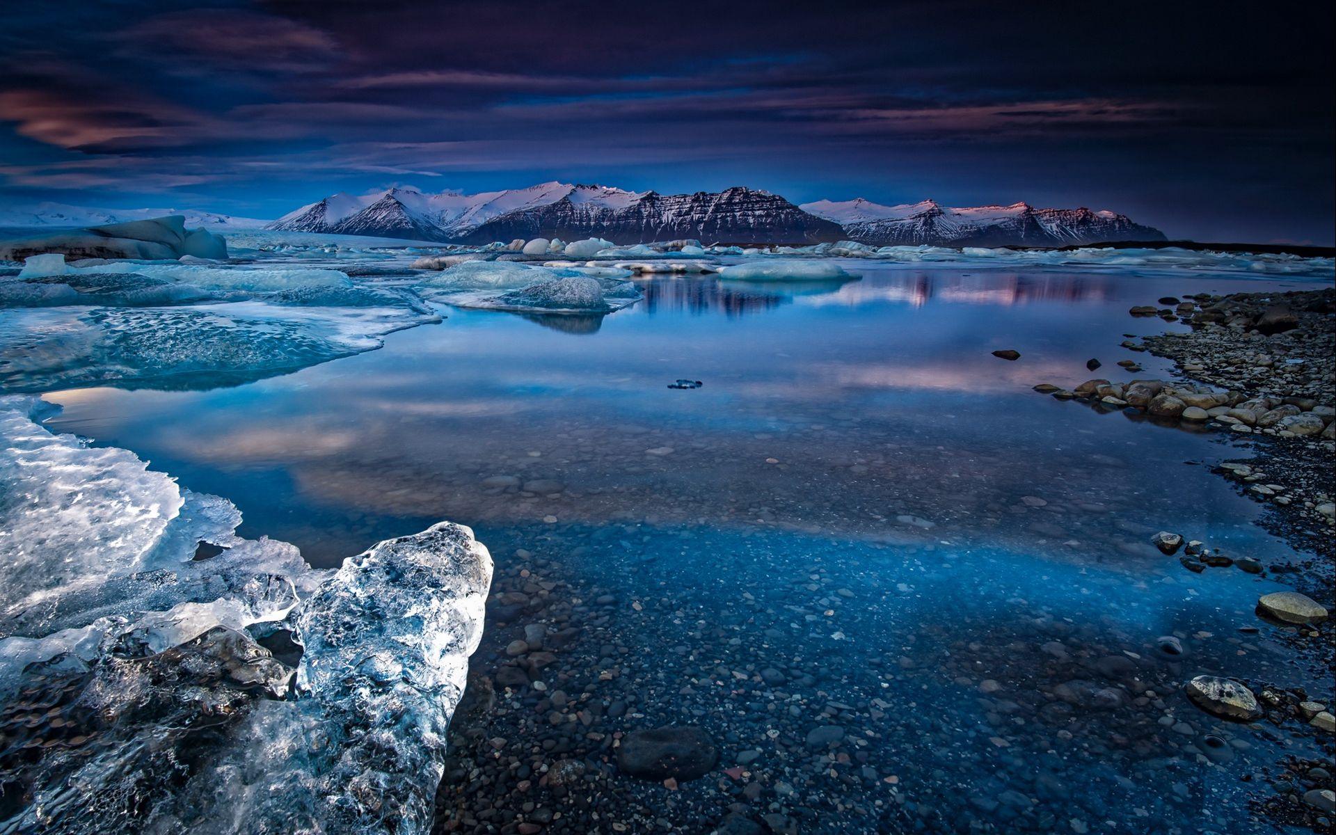 Fondos de pantalla Montañas en lago con hielo y nieve