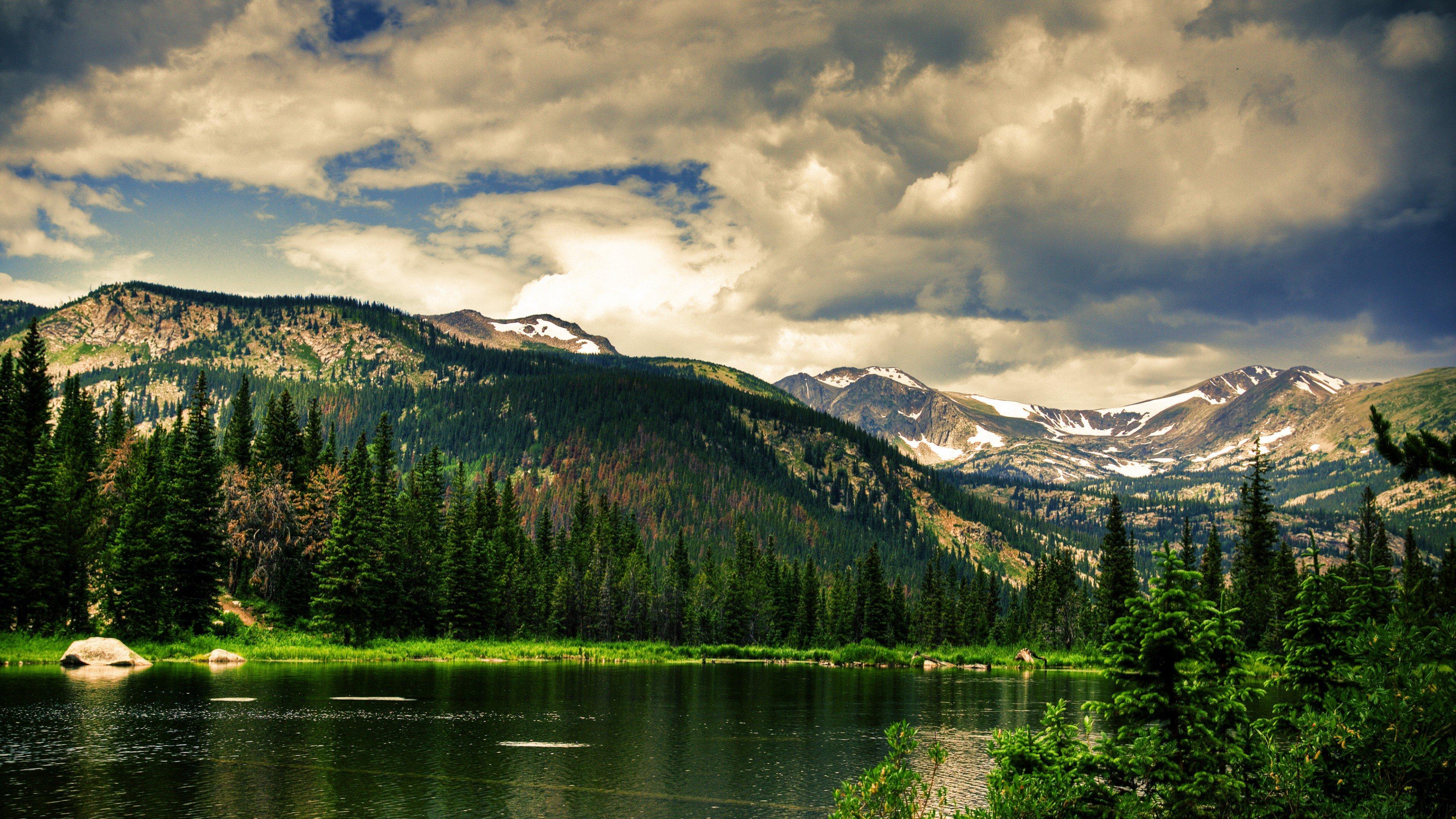 Fondos de pantalla Montañas en lago y bosque