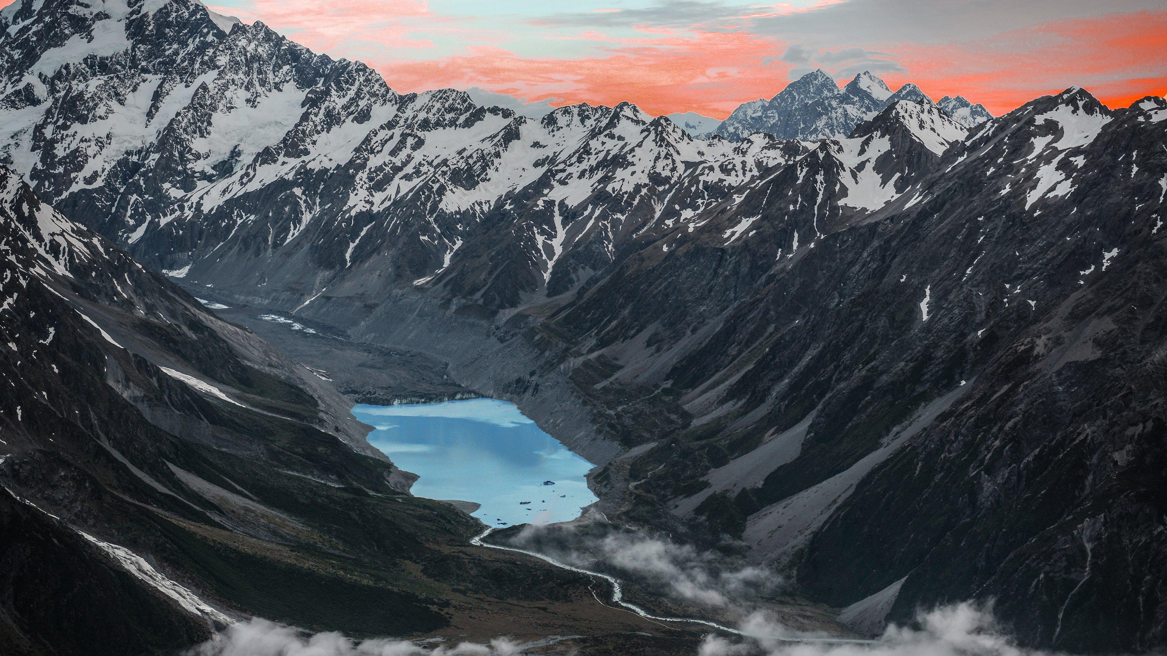 Fondos de pantalla Montañas junto a un lago al atardecer