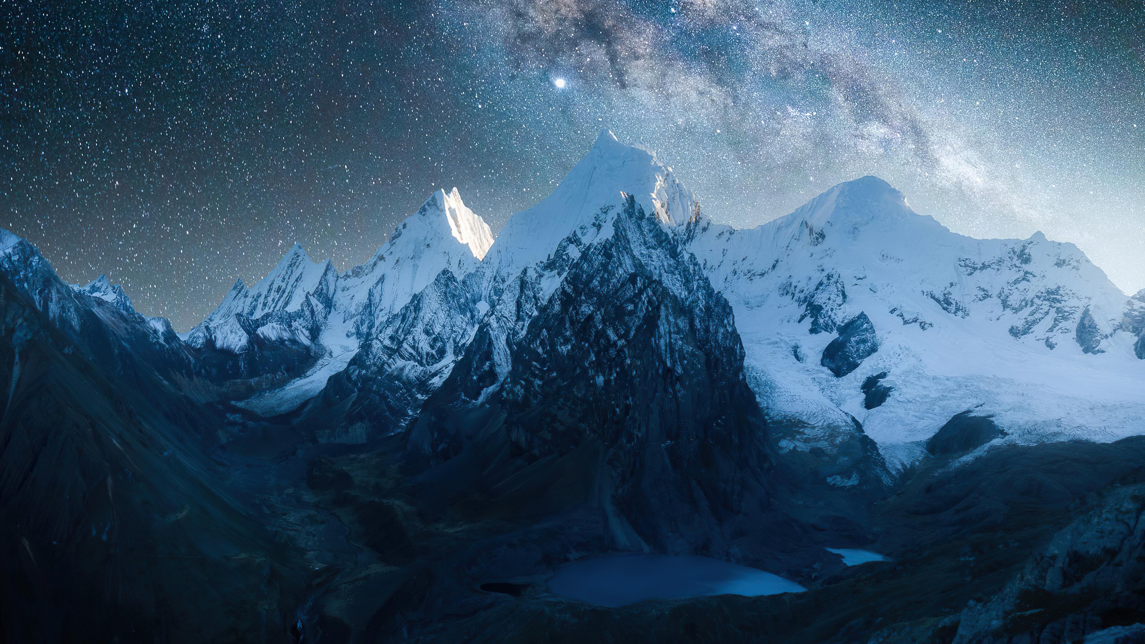 Fondos de pantalla Montañas llenas de nieve bajo las estrellas