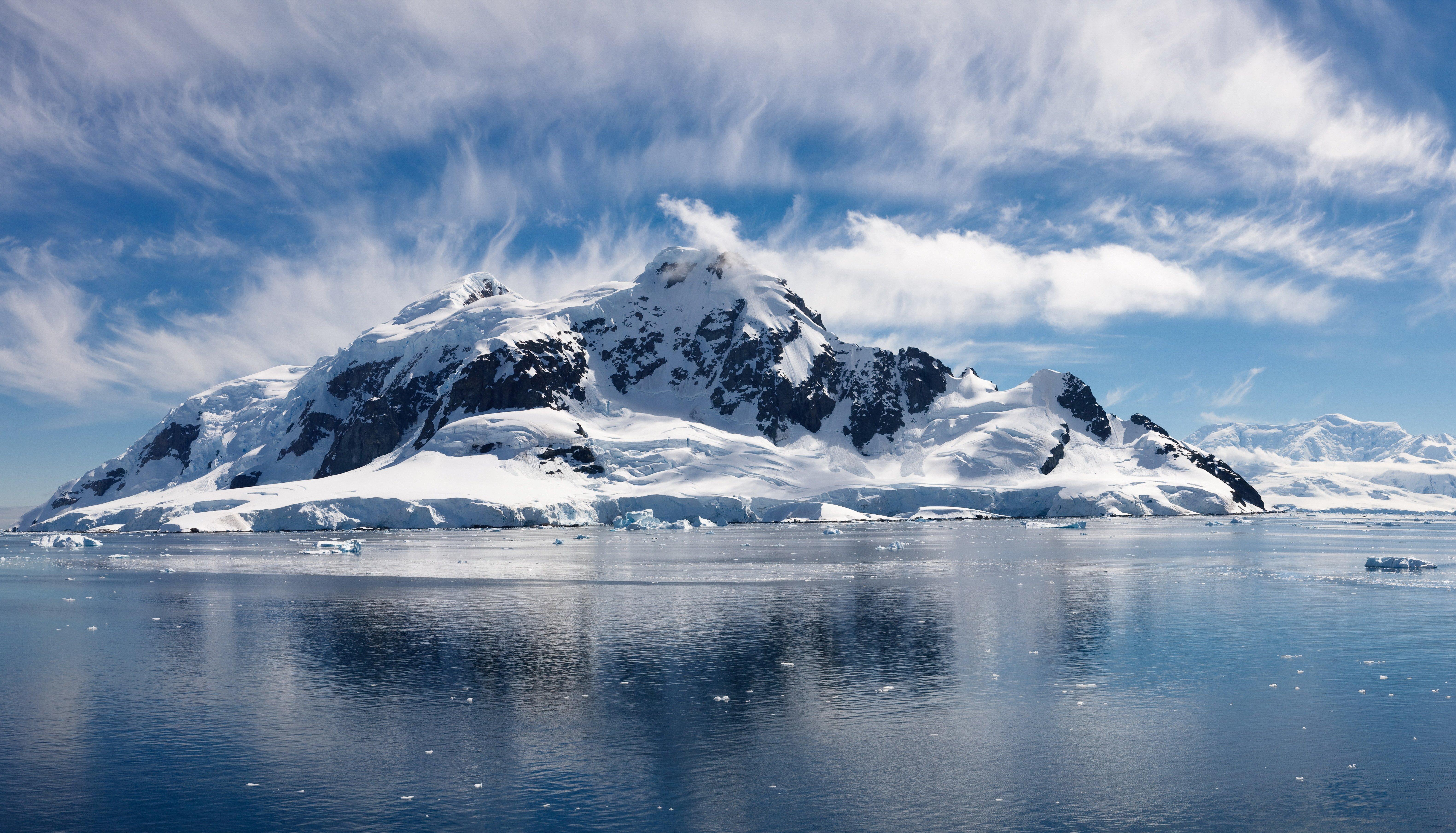 Fondos de pantalla Montañas nevadas en Océano Ártico