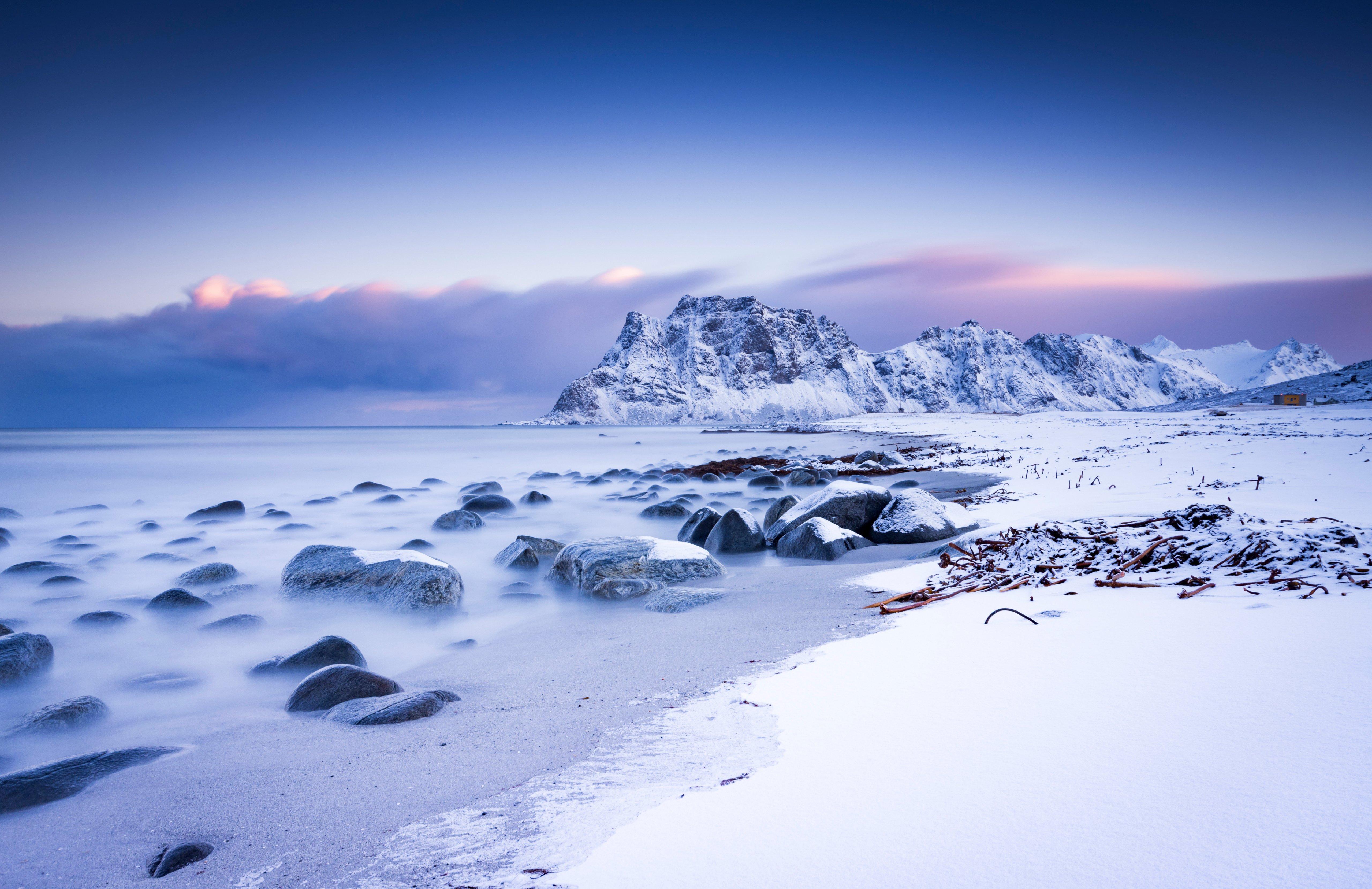 Fondos de pantalla Montañas nevadas y nubes