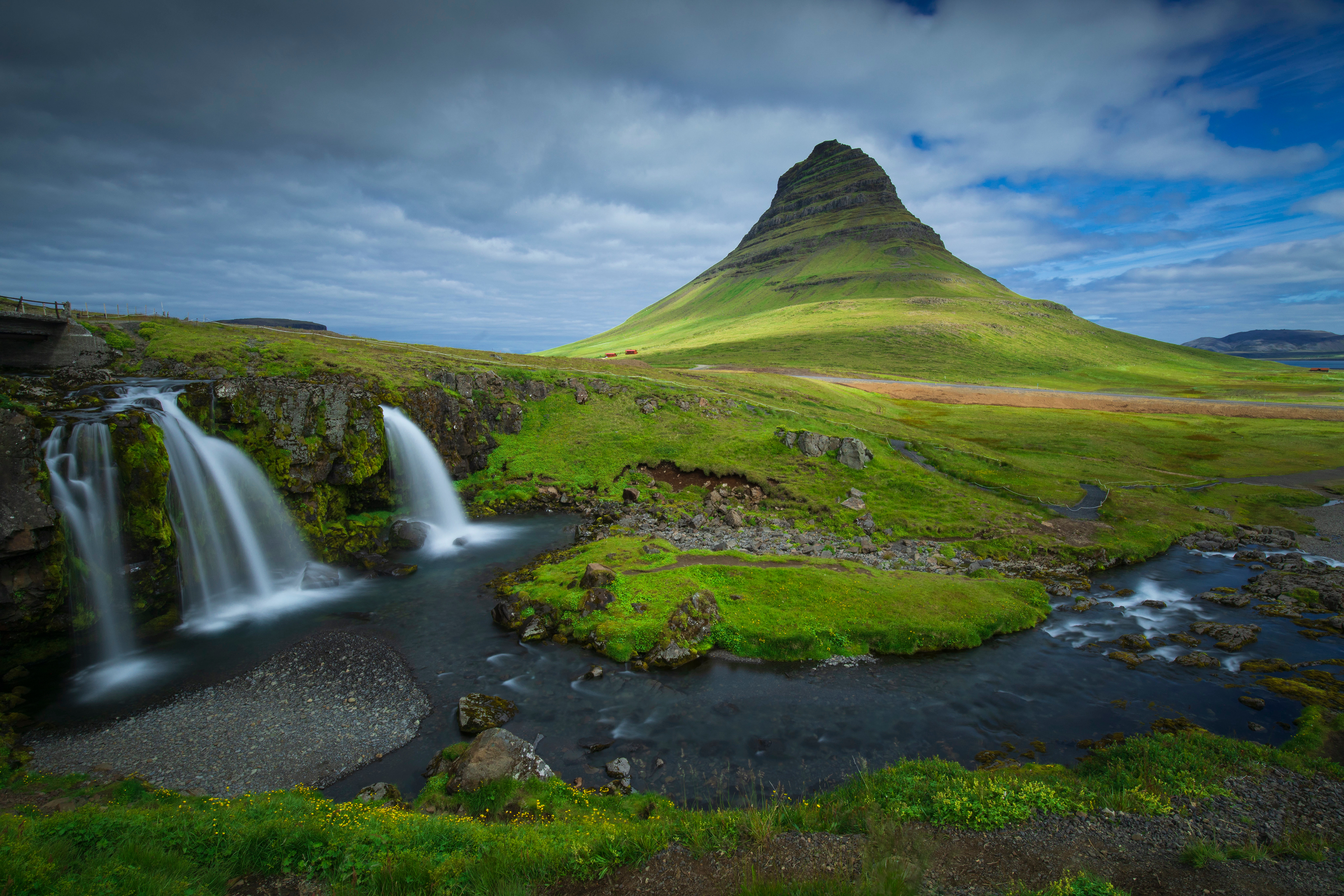 Wallpaper Mountains and waterfalls in Iceland