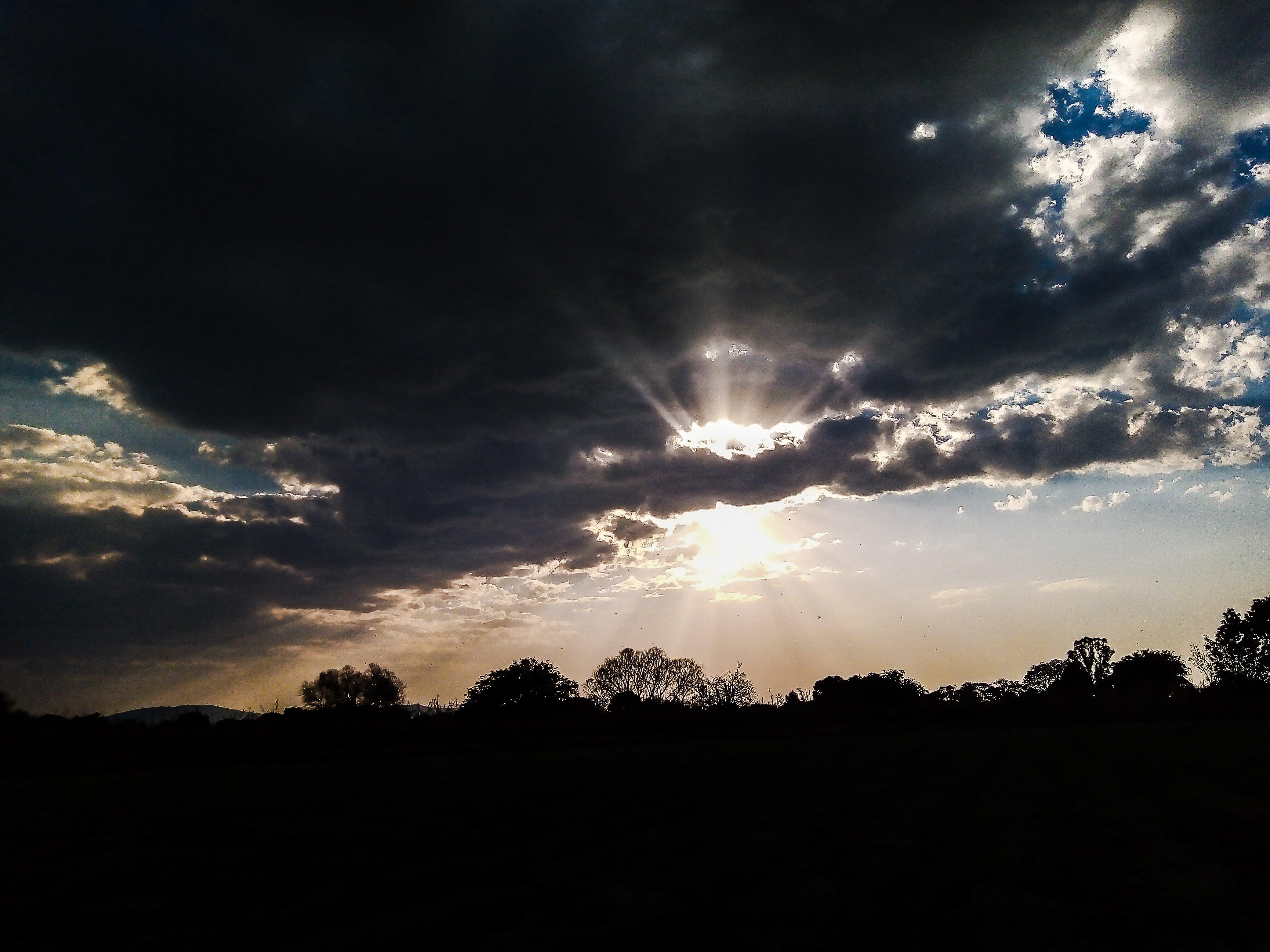 Fondos de pantalla Paisaje de atardecer a contraluz con nubes