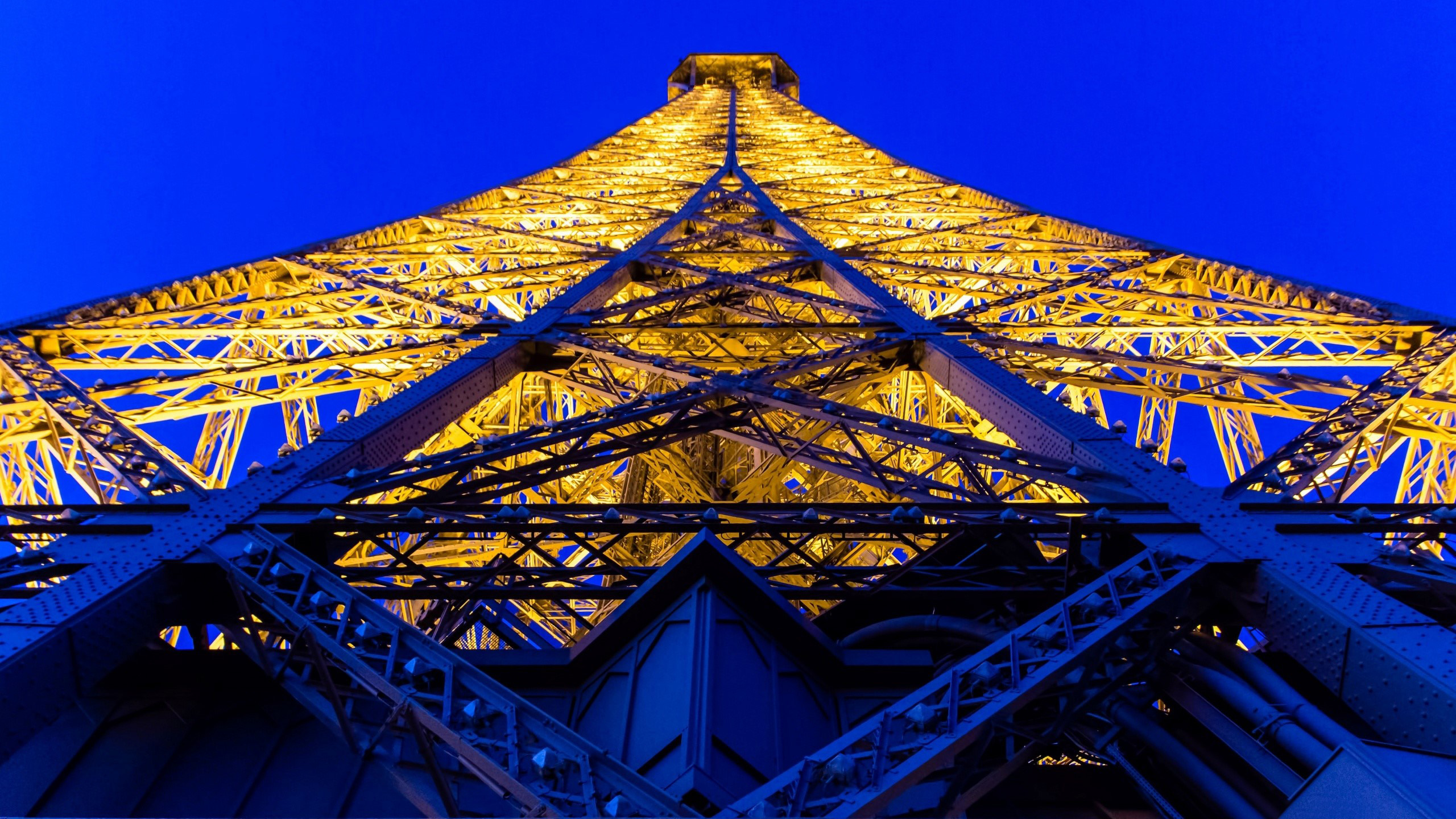 Wallpaper Perspective of the Eiffel Tower