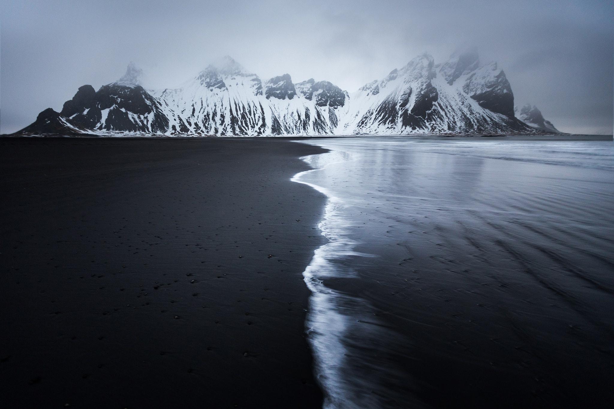 Fondos de pantalla Playa montañas en invierno