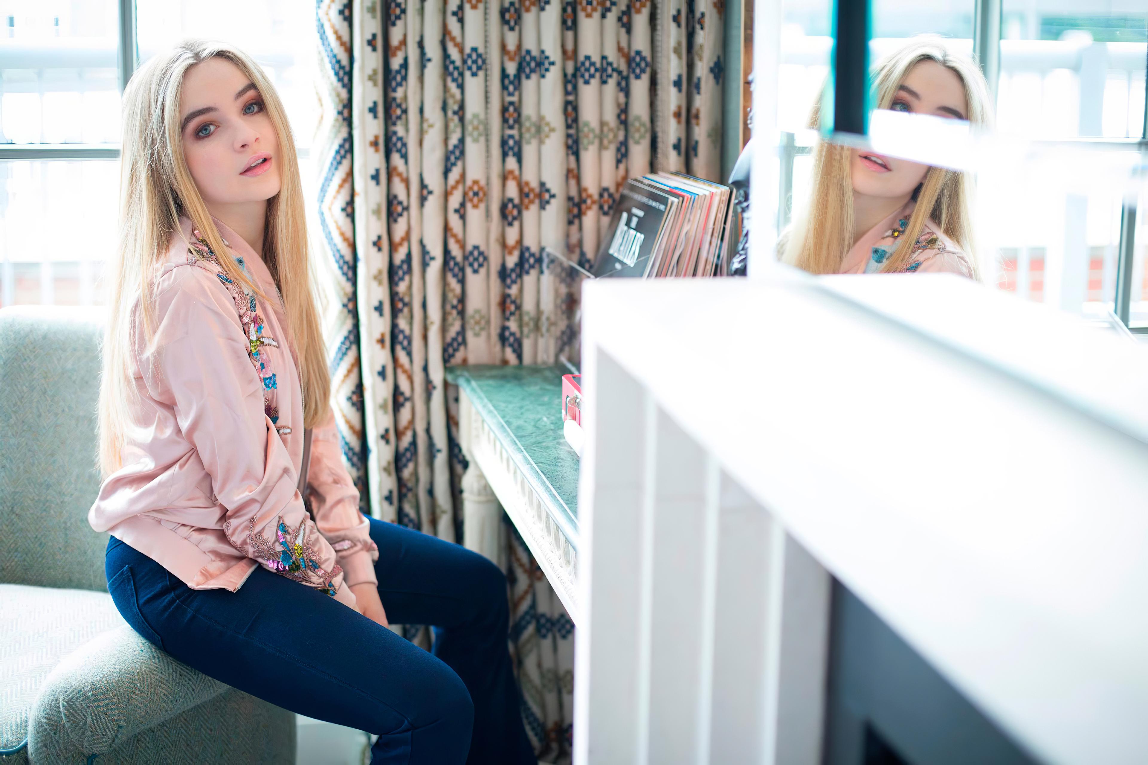 Fondos de pantalla Sabrina Carpenter en habitación