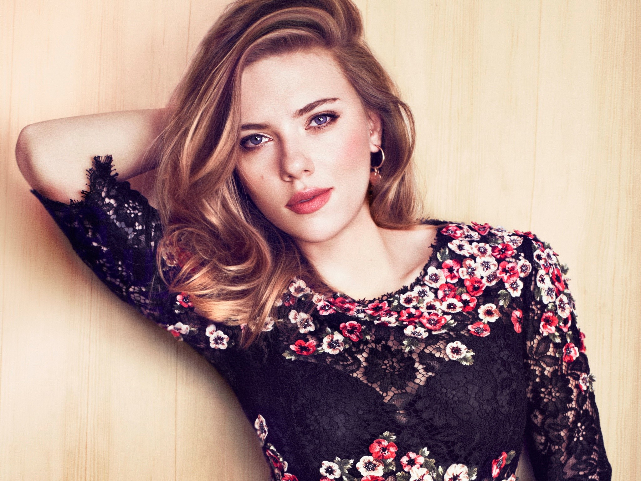 Wallpaper Scarlett Johansson wearing clothes with Roses