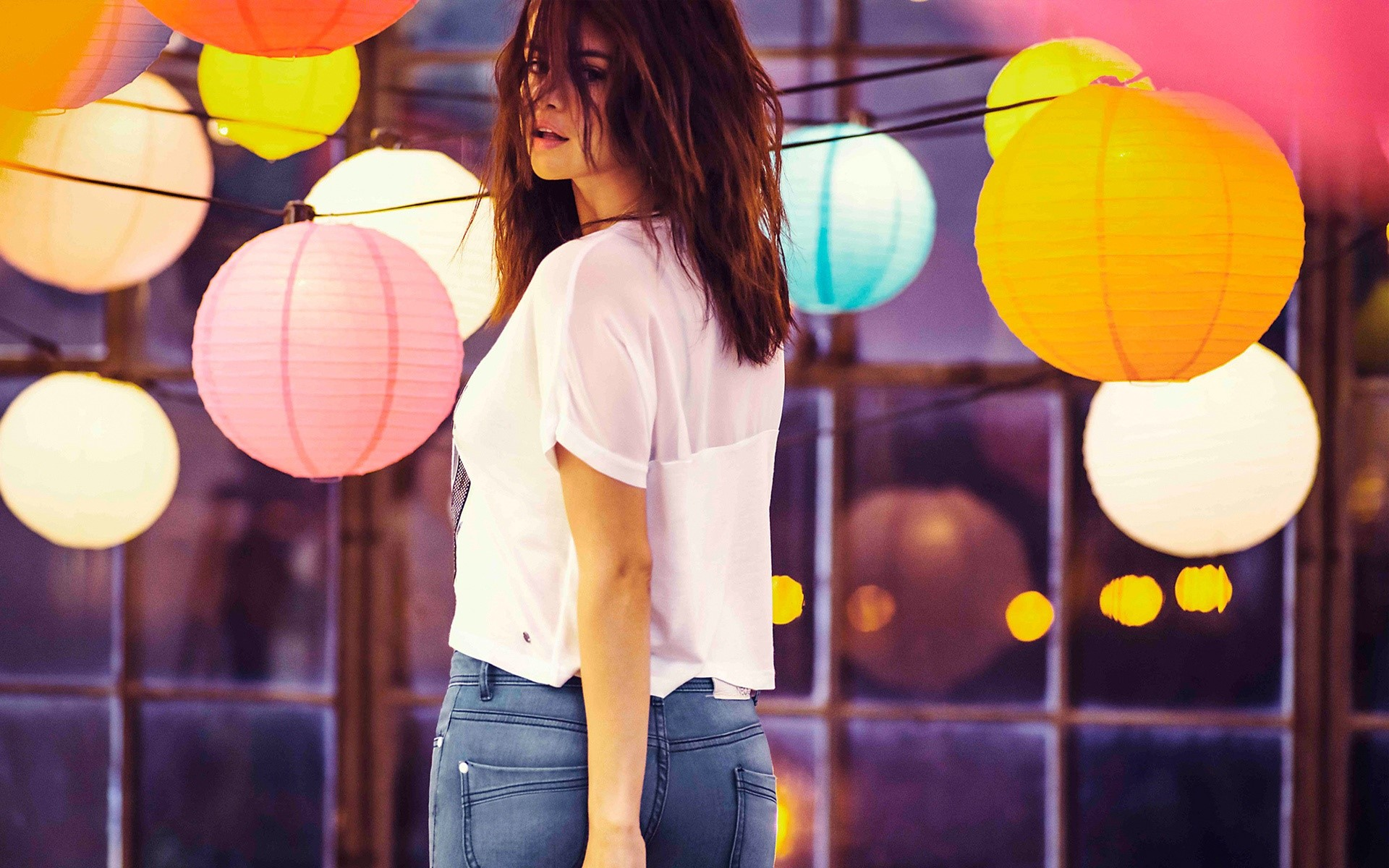 Wallpaper Selena Gomez with colorful lights