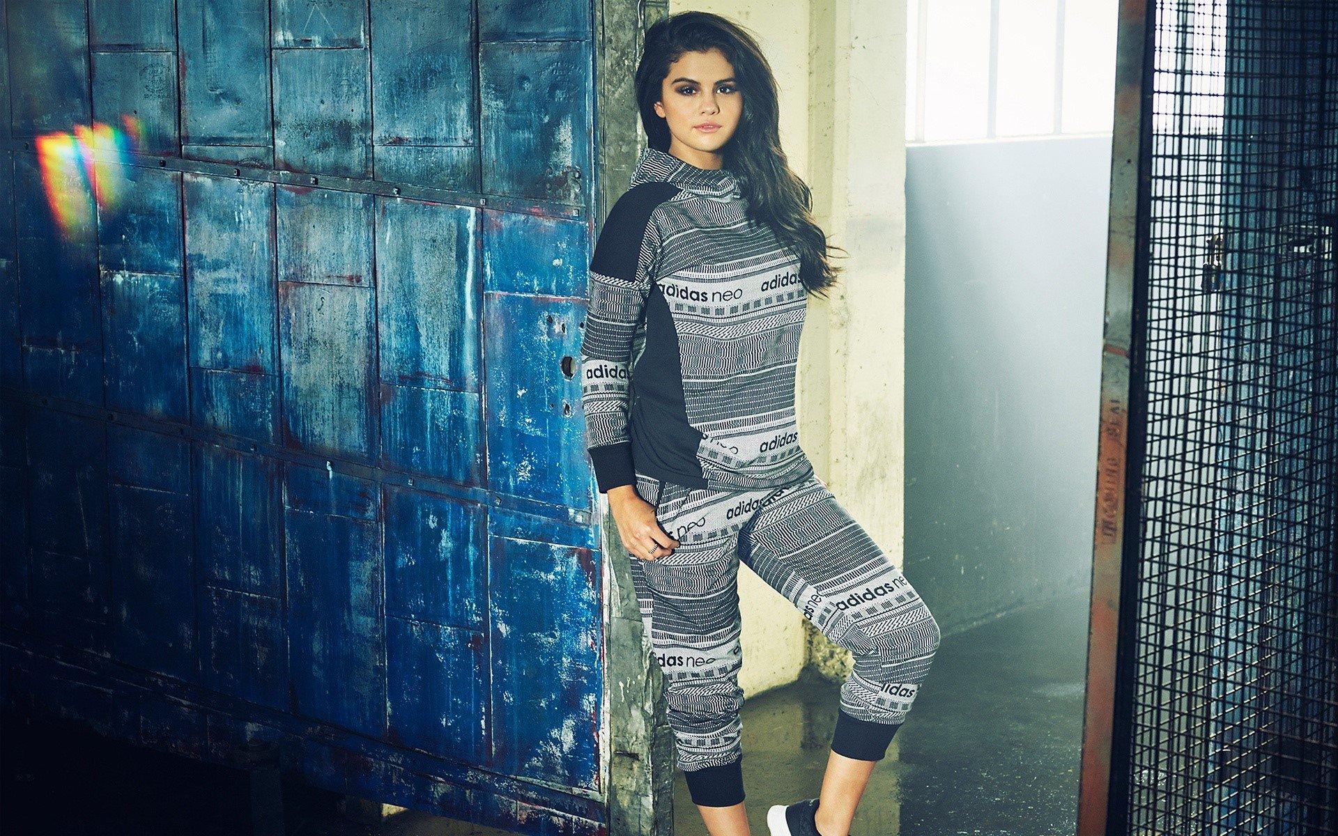 Fondos de pantalla Selena Gomez cuerpo completo