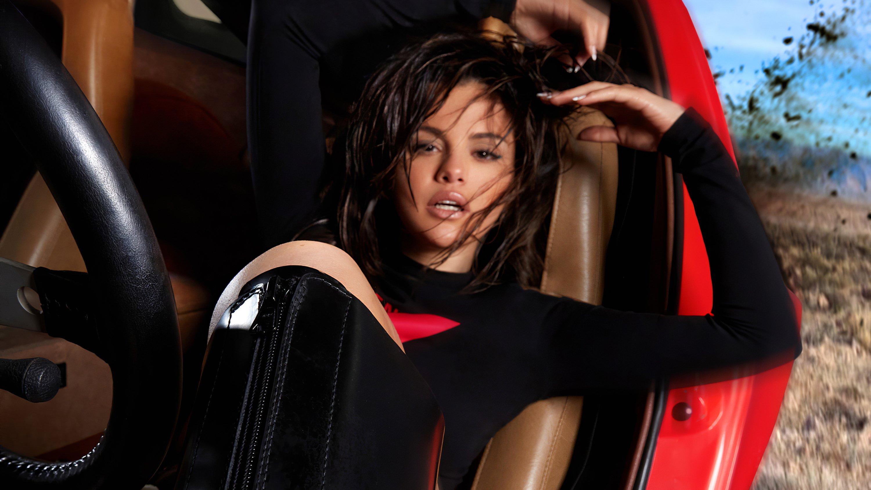 Fondos de pantalla Selena Gomez en carro deportivo