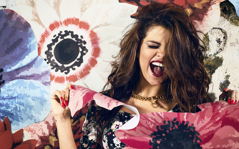 Fondos de pantalla Selena Gomez en un fondo de flores