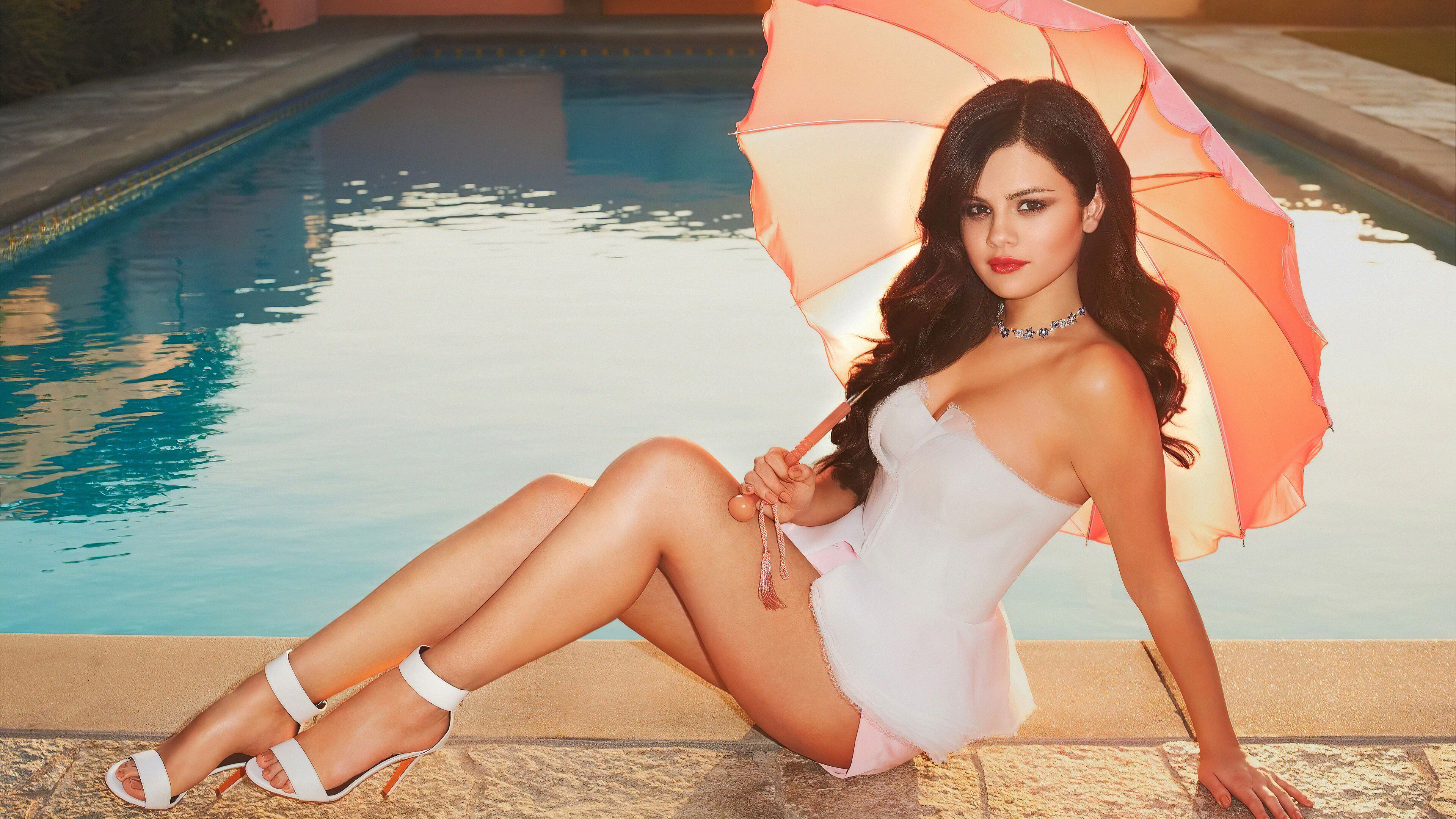 Wallpaper Selena Gomez in a pool