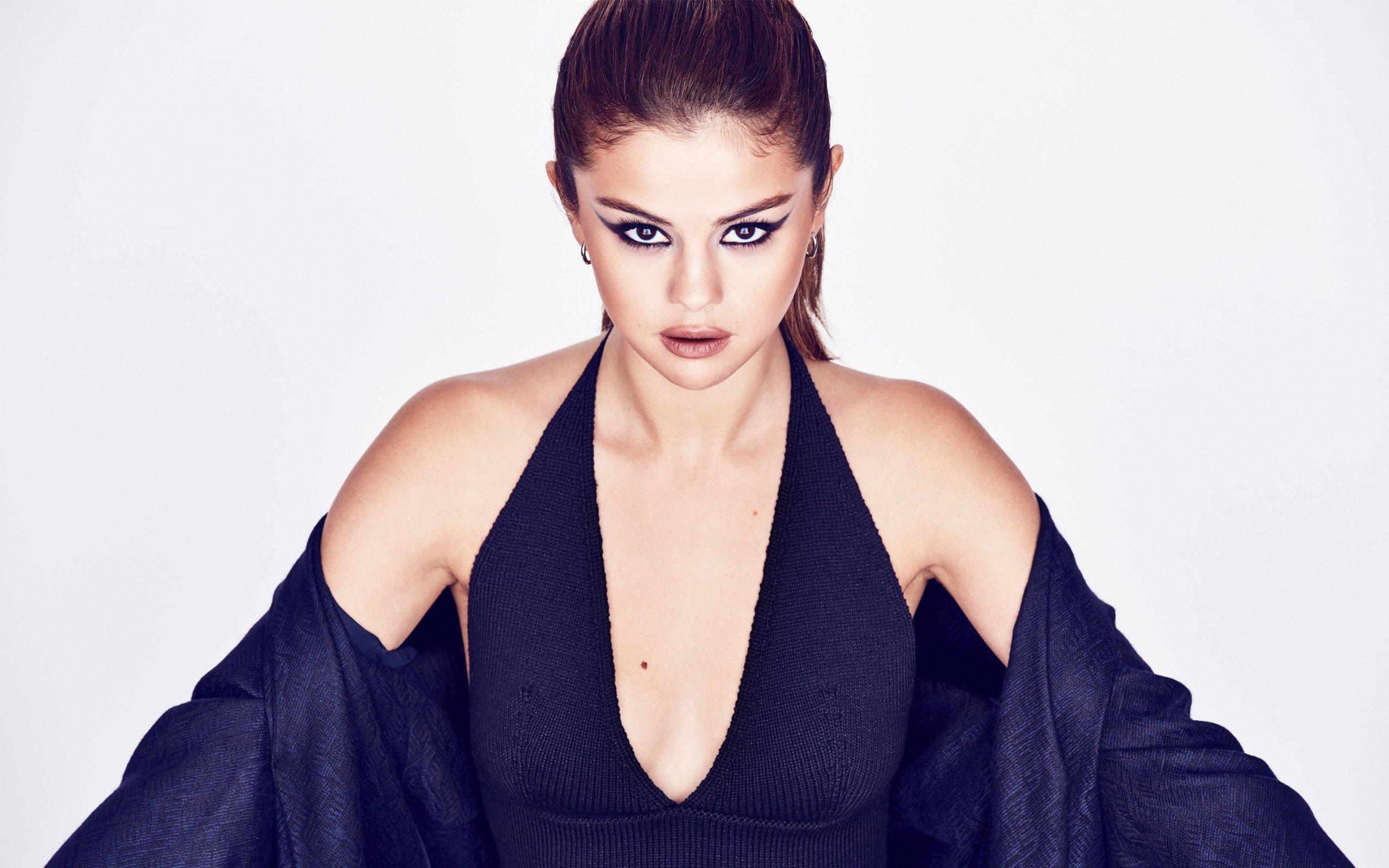 Wallpaper Selena Gomez in black dress
