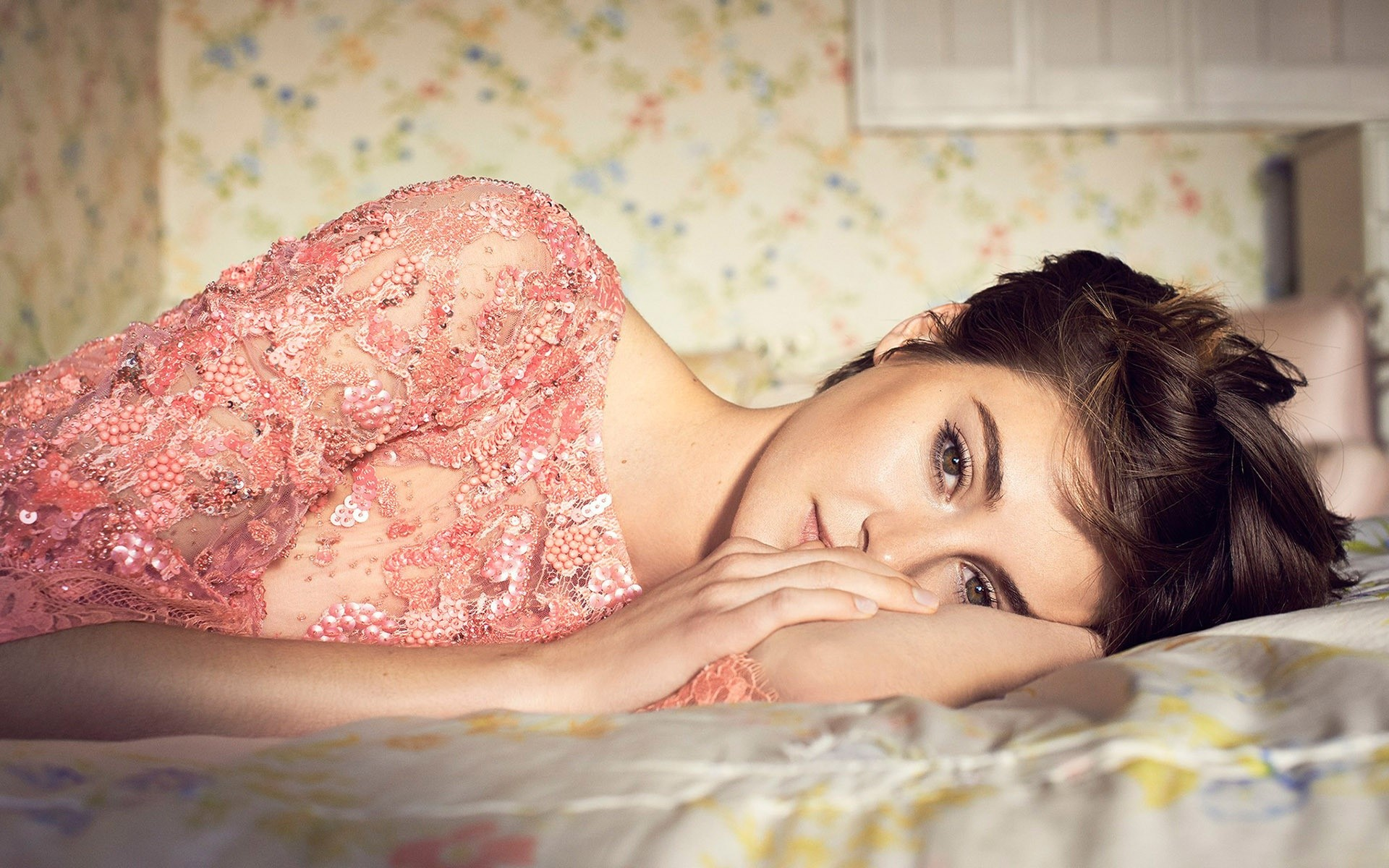 Wallpaper Shailene Woodley in a bed