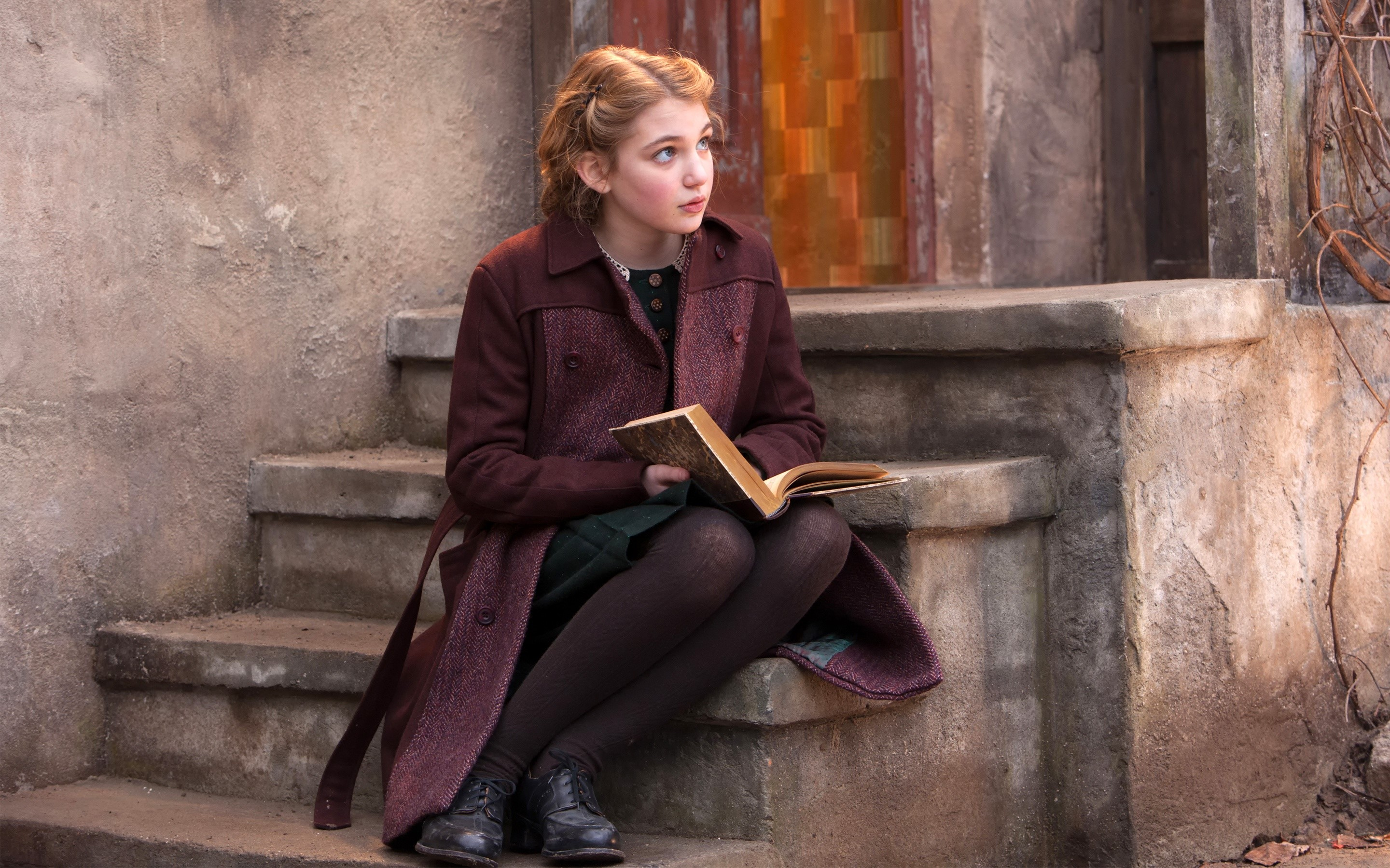 Wallpaper Sophie Nelisse in The Book Thief