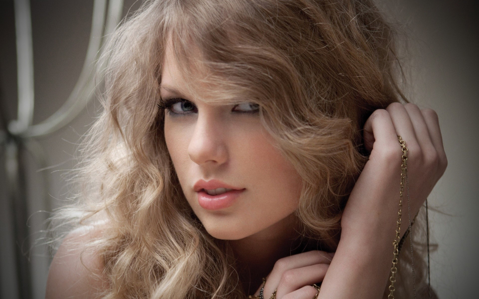 Wallpaper Taylor Swift with curly hair