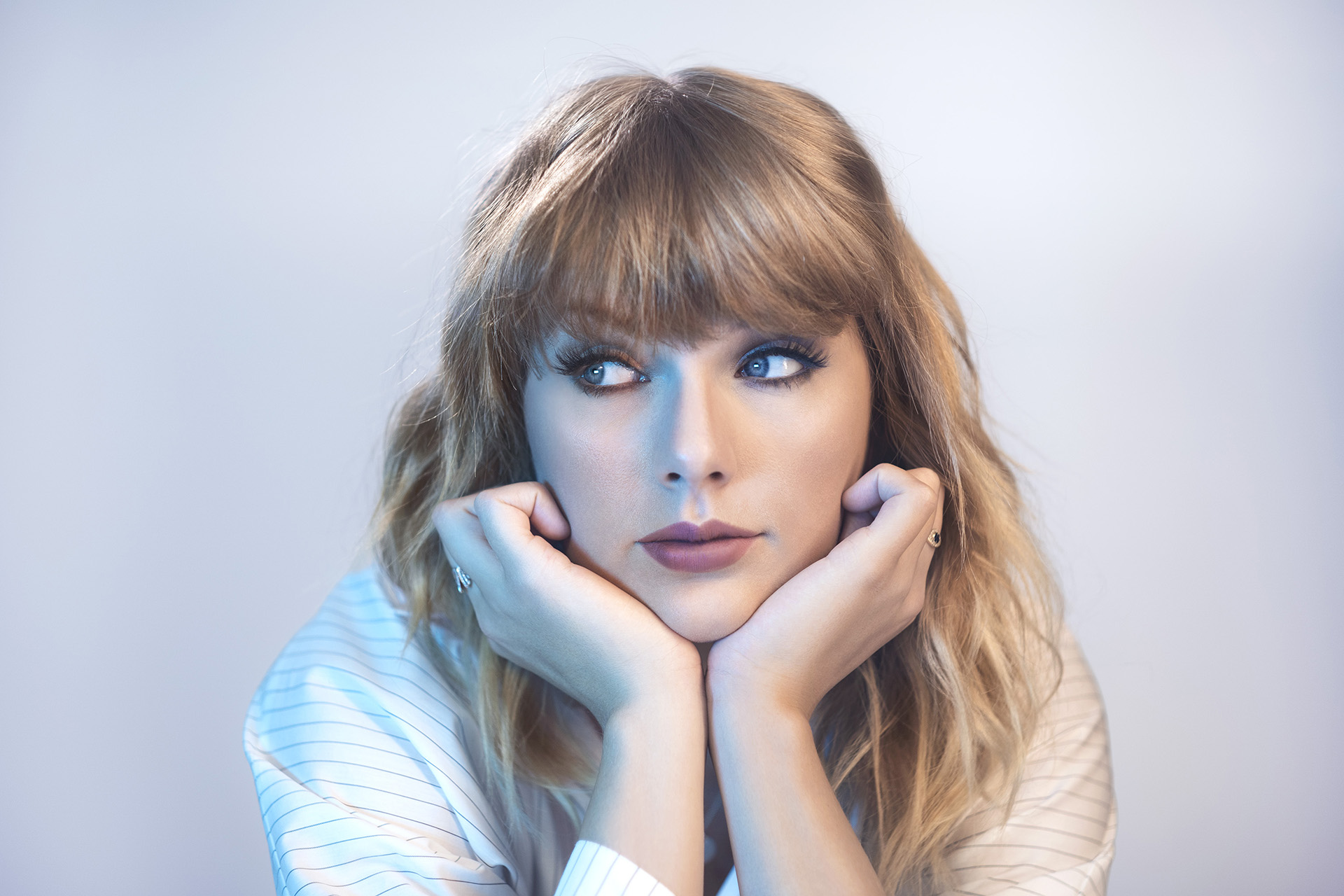 Wallpaper Taylor Swift with her hands on her chin