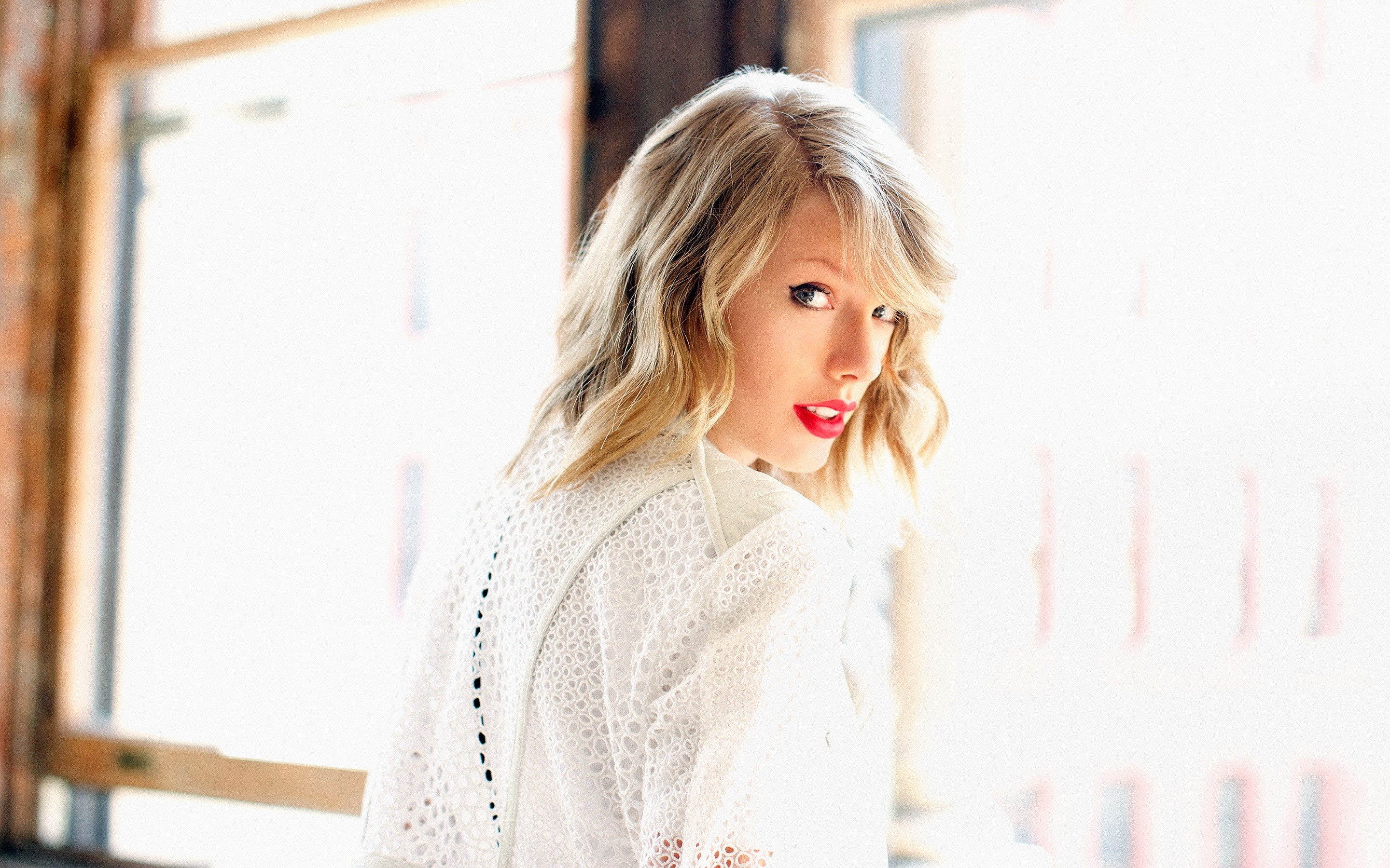 Wallpaper Taylor Swift in a room