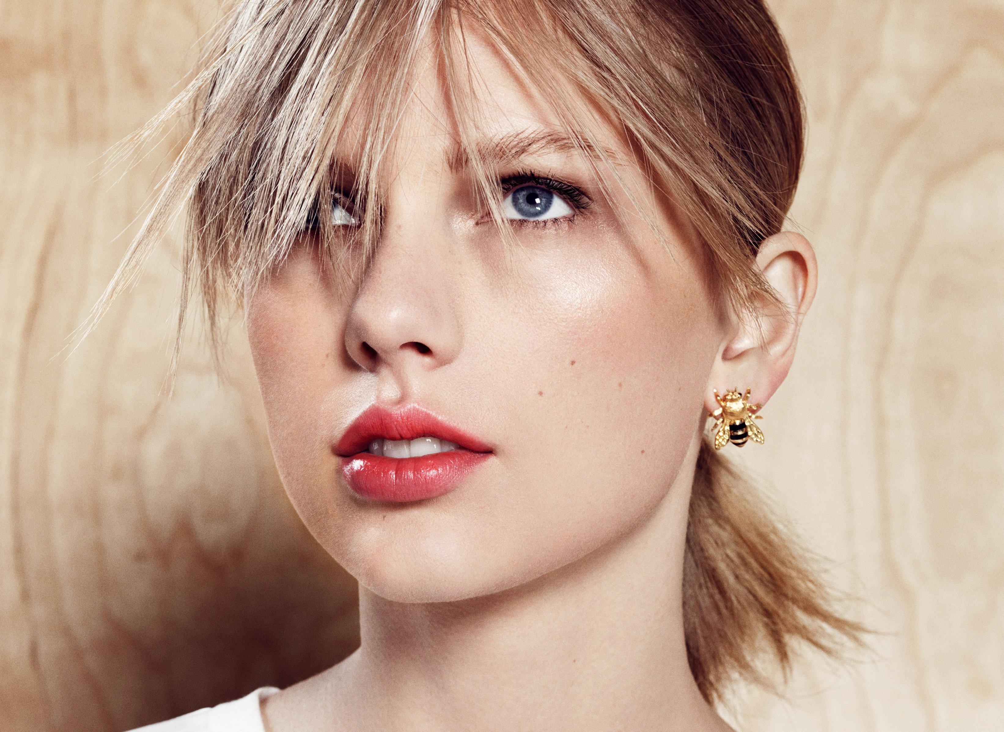 Wallpaper Taylor Swift Harpers Bazaar