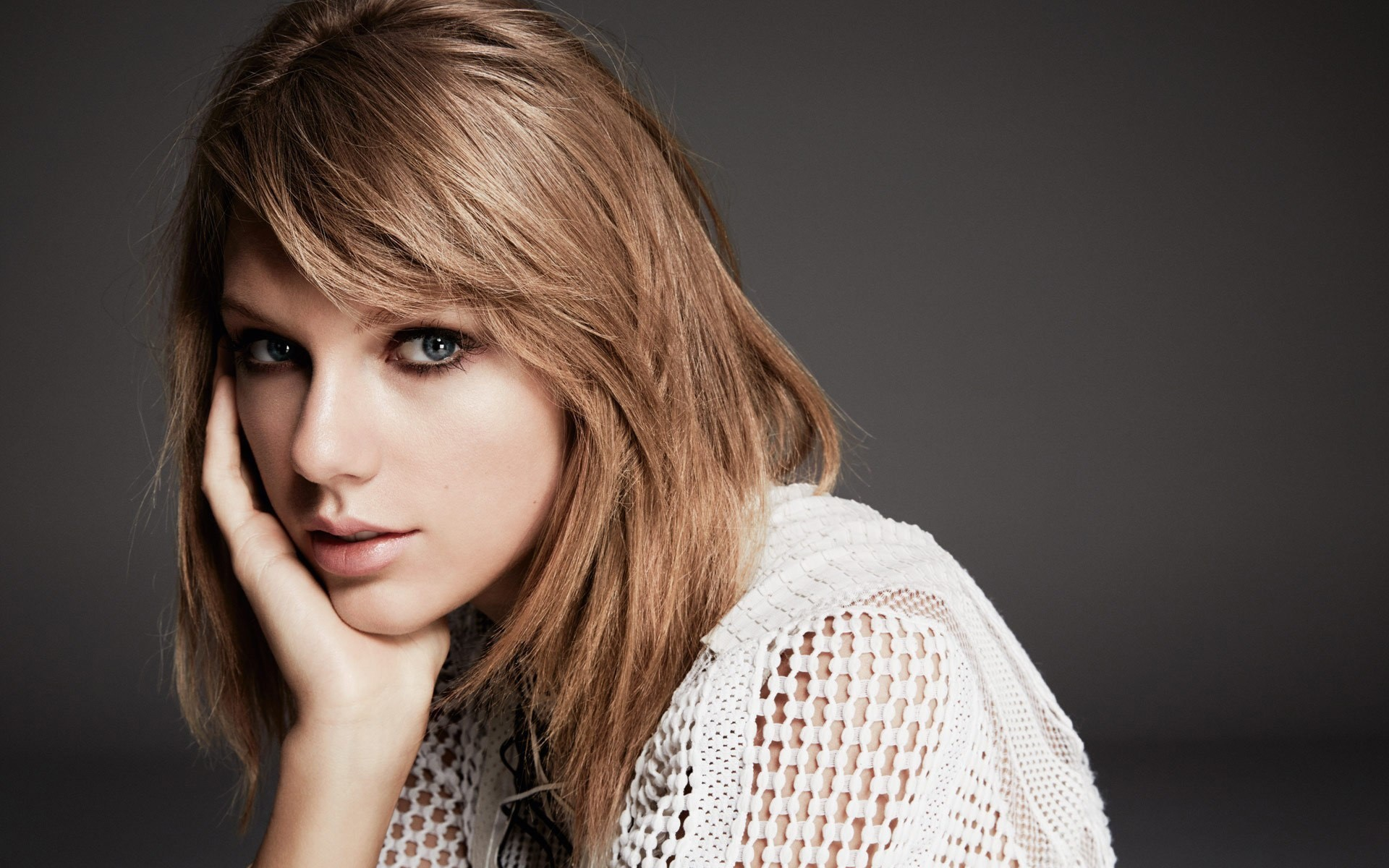 Wallpaper Taylor Swift straight and short hair