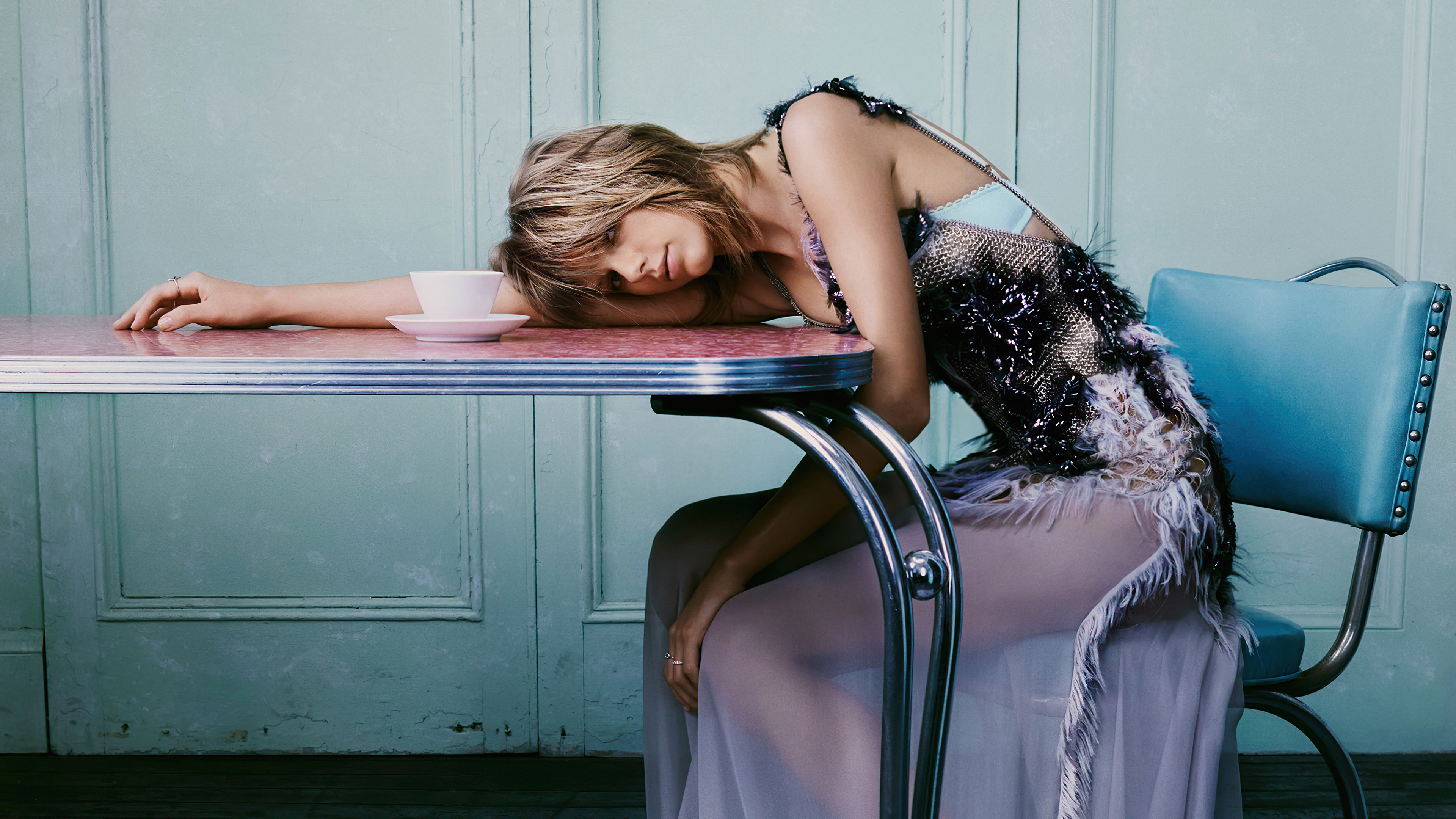 Wallpaper Taylor Swift laying on table