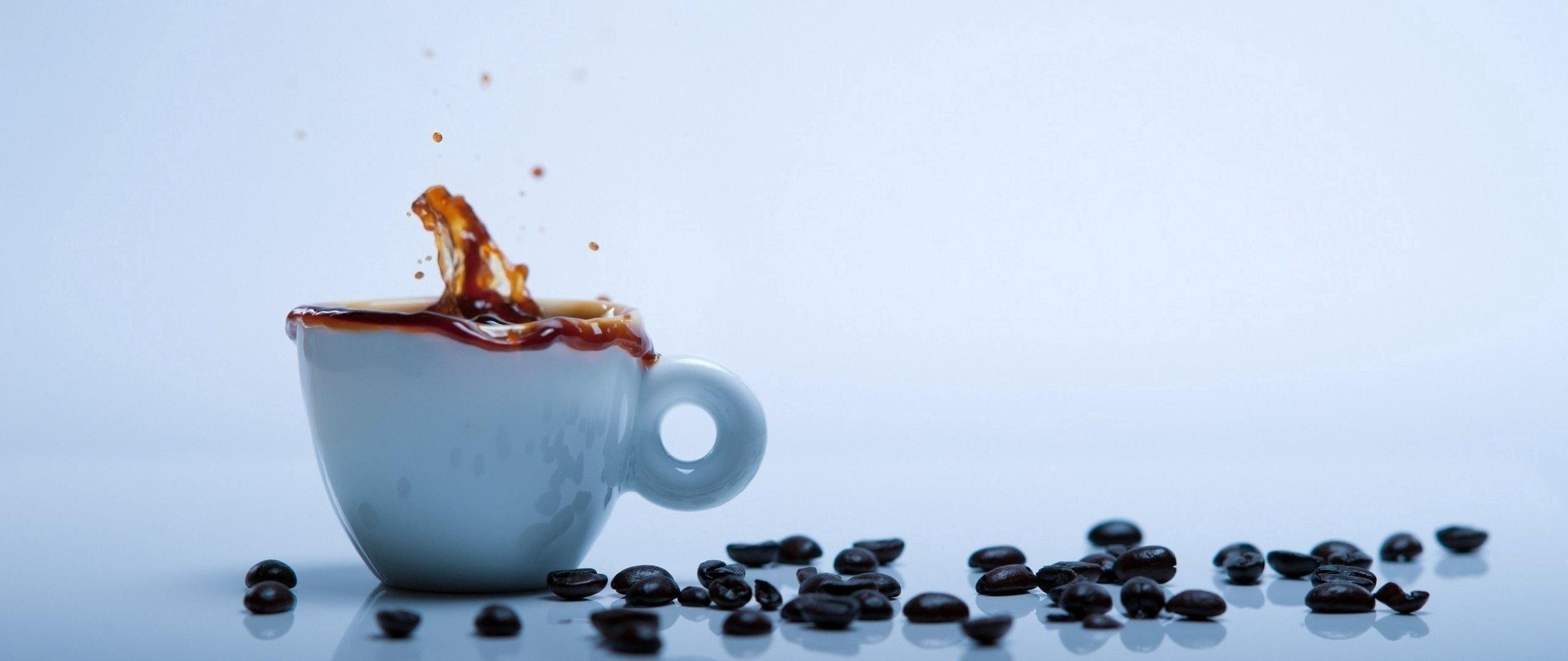Fondos de pantalla Taza de cafe con granos de cafe