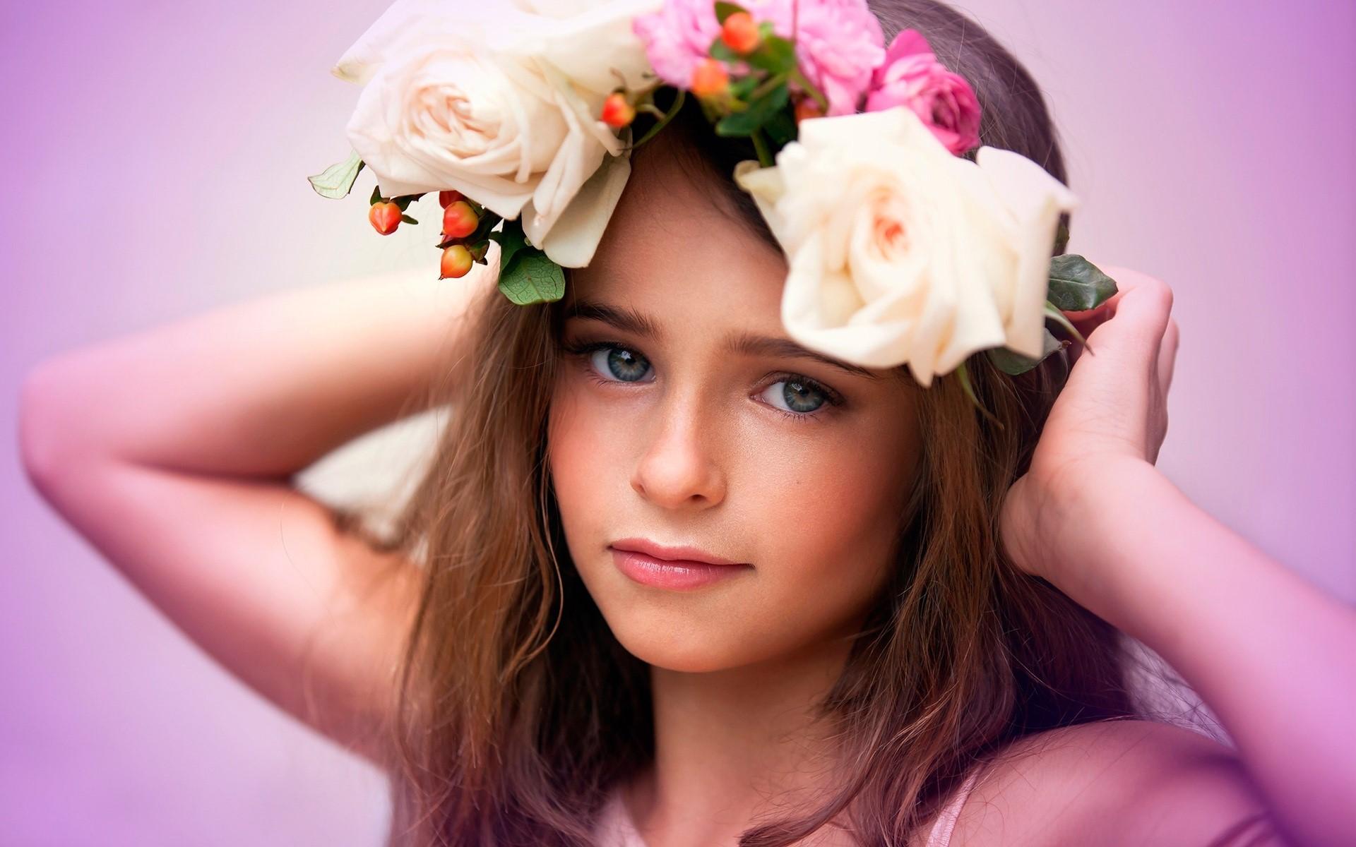 Fondos de pantalla Una niña con flores