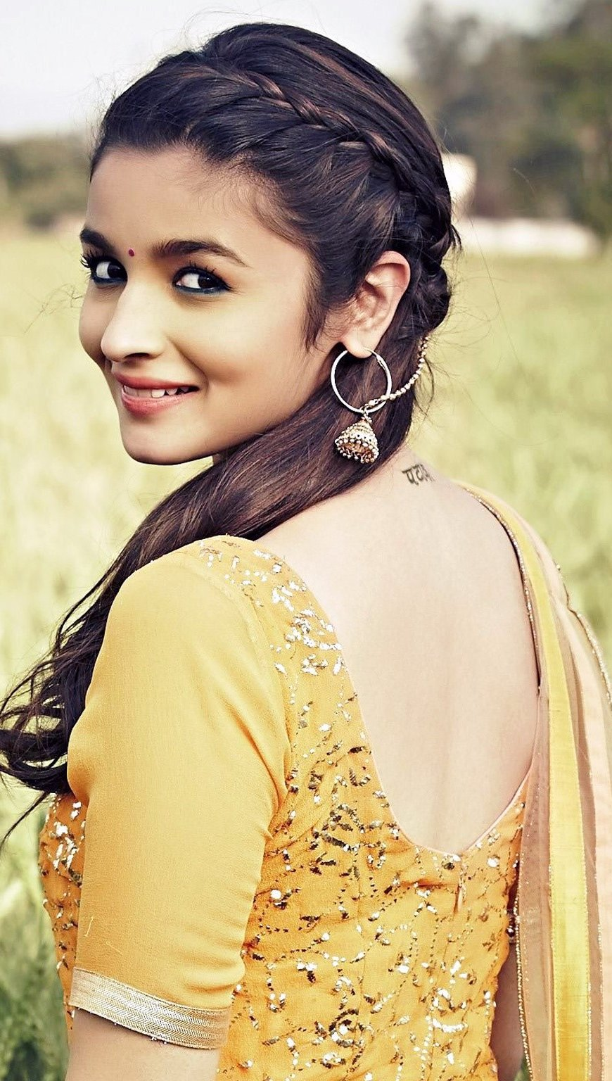 Wallpaper Alia Bhatt in Humpty Sharma Ki Dulhania Vertical