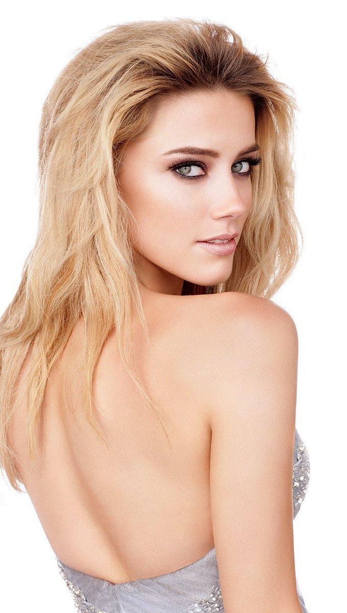 Wallpaper Amber Heard on her back Vertical