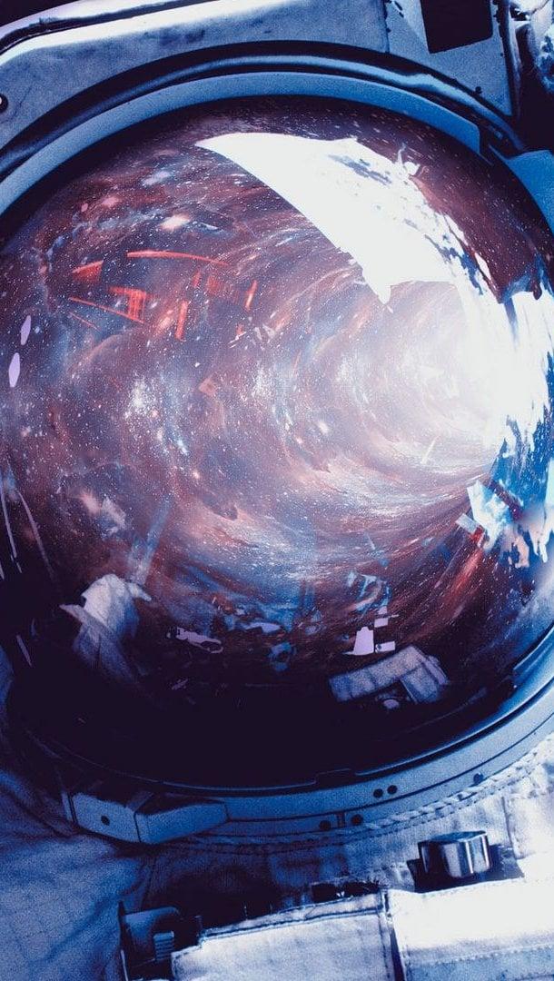 Fondos de pantalla Astronauta con espacio reflejado en casco Vertical