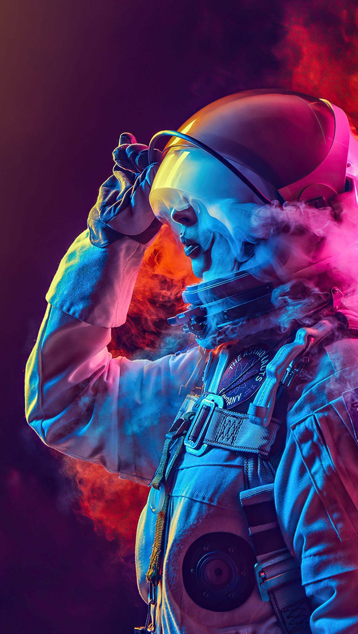 Fondos de pantalla Astronauta entre humo de colores Vertical