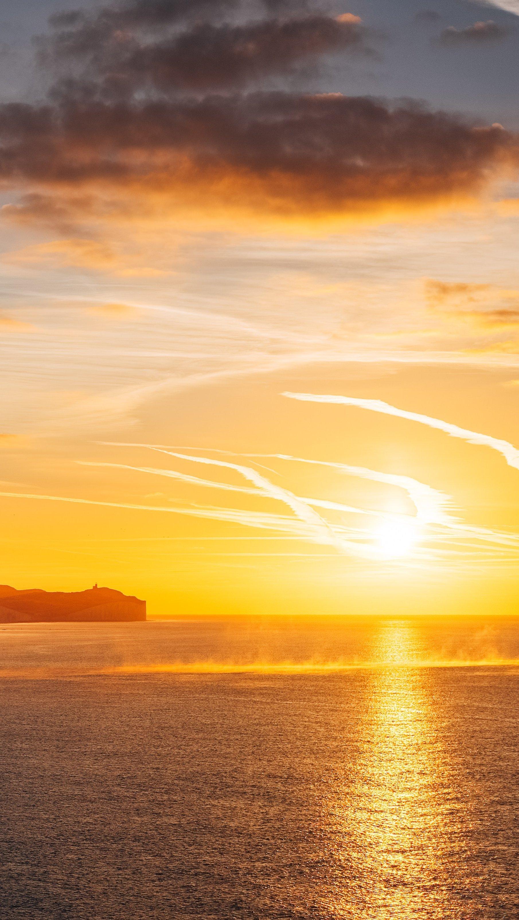 Fondos de pantalla Atardecer dorado en el mar Vertical