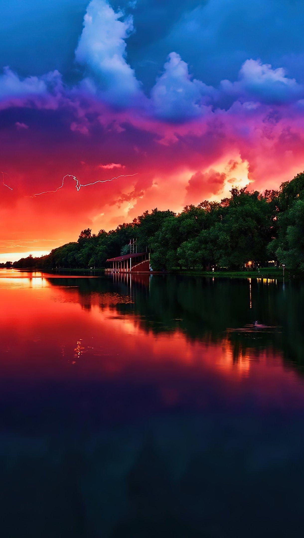 Fondos de pantalla Atardecer nublado en lago Vertical