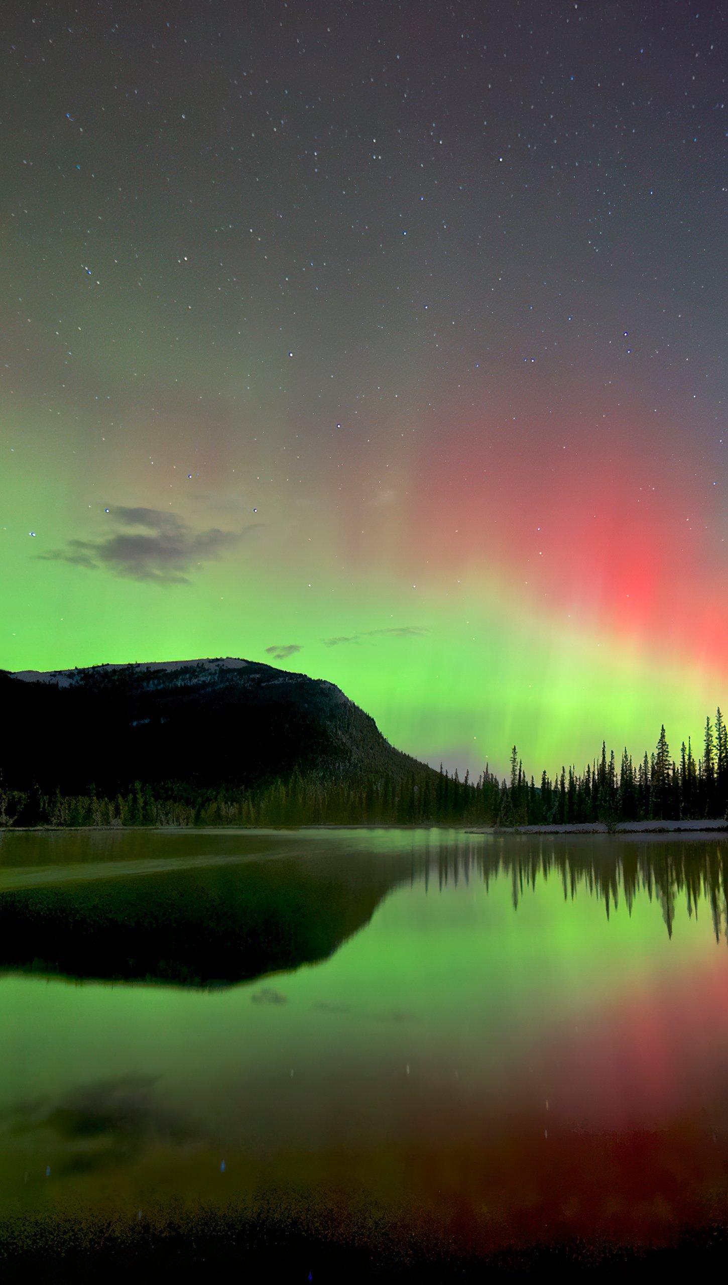 Fondos de pantalla Aurora polar detras de montañas y lago Vertical